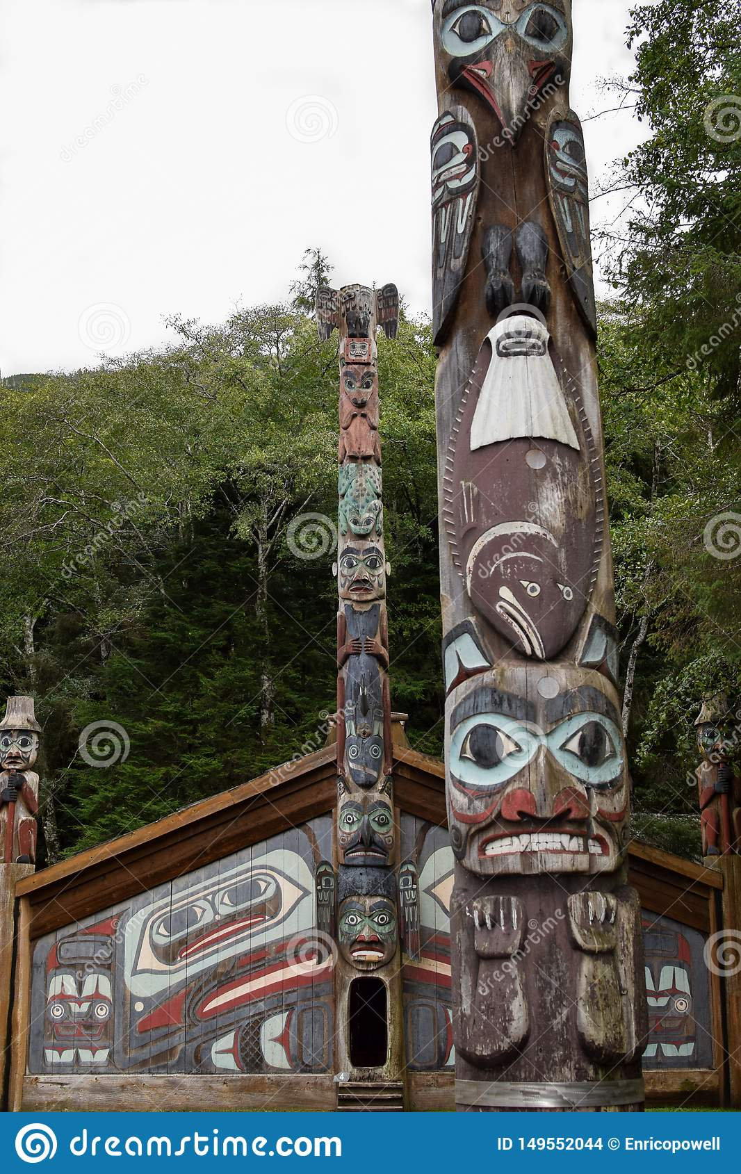 La Chambre de clan de Tlingit avec des m?ts tot?miques dans Ketchikan, Alaska