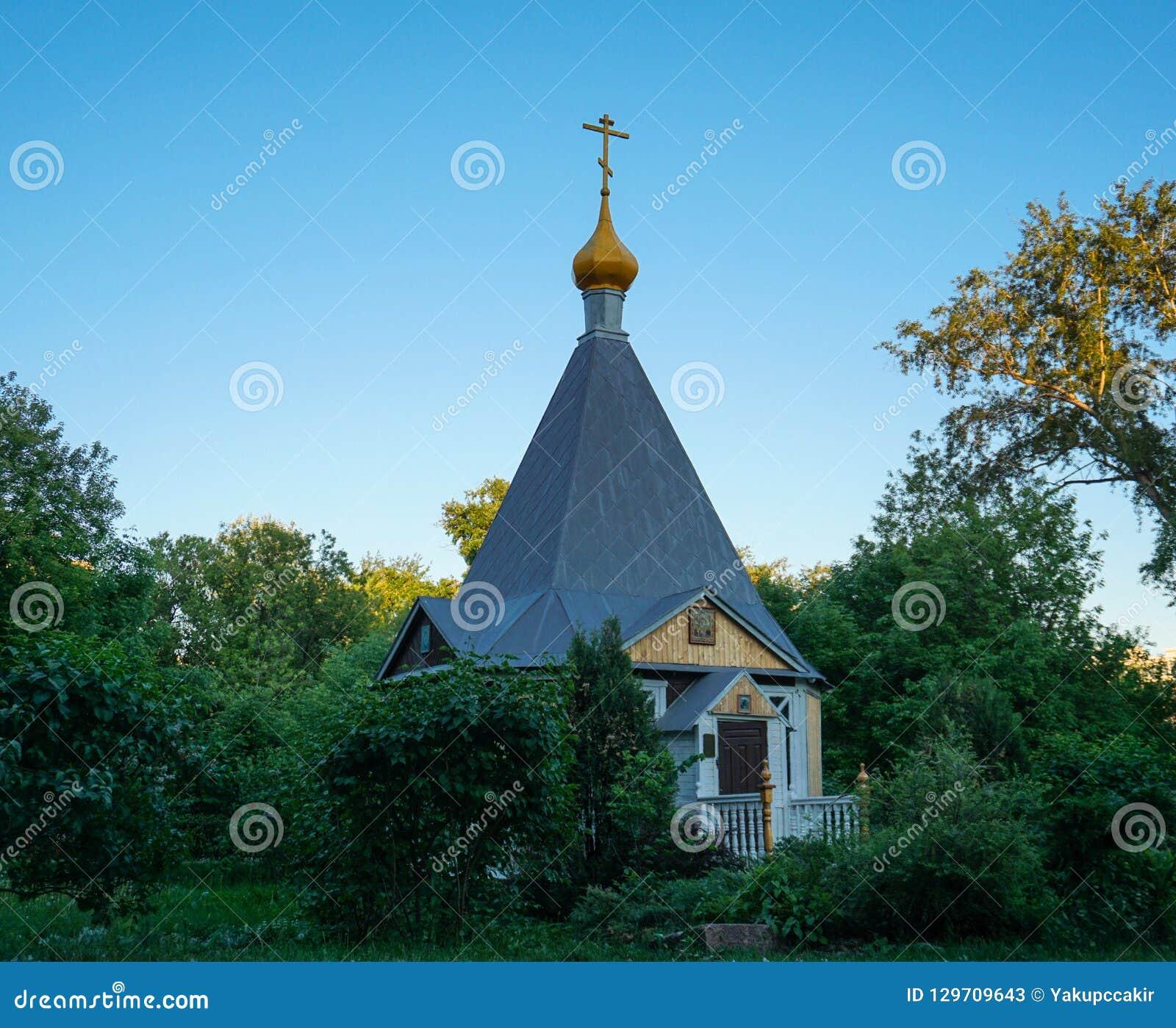 La chapelle en bois orthodoxe hiiden dans les arbres verts