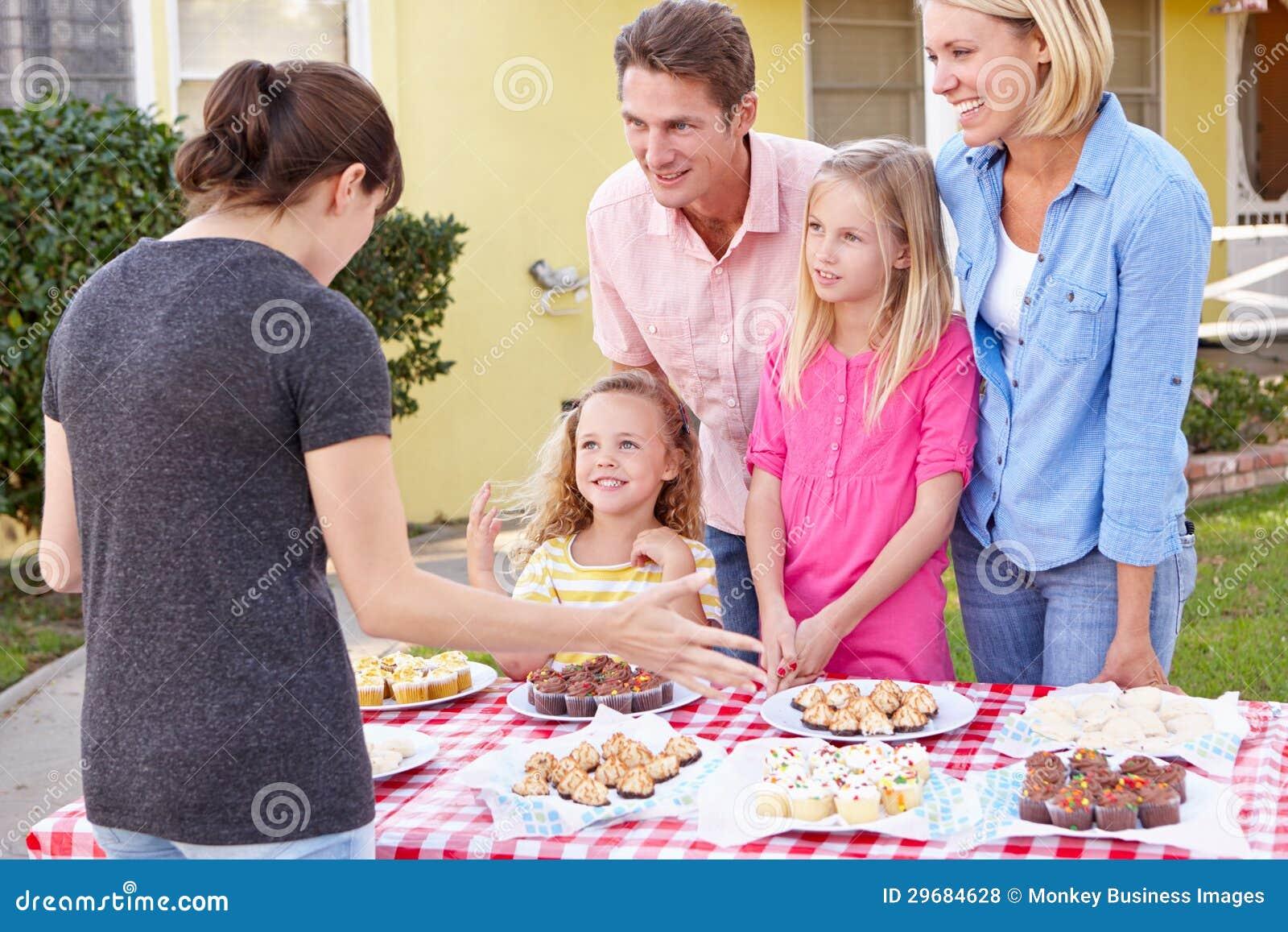 La charité courante de famille font la vente cuire au four