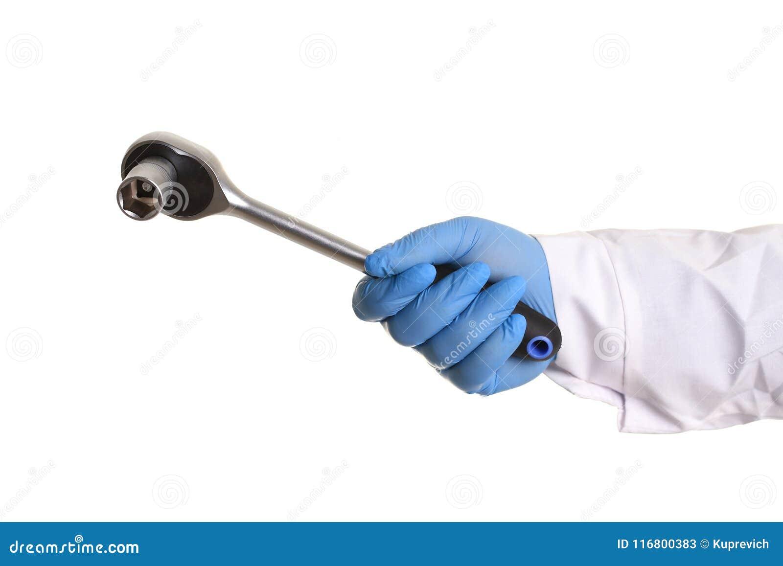 La chiave per la tenuta dell uomo di riparazione dell automobile