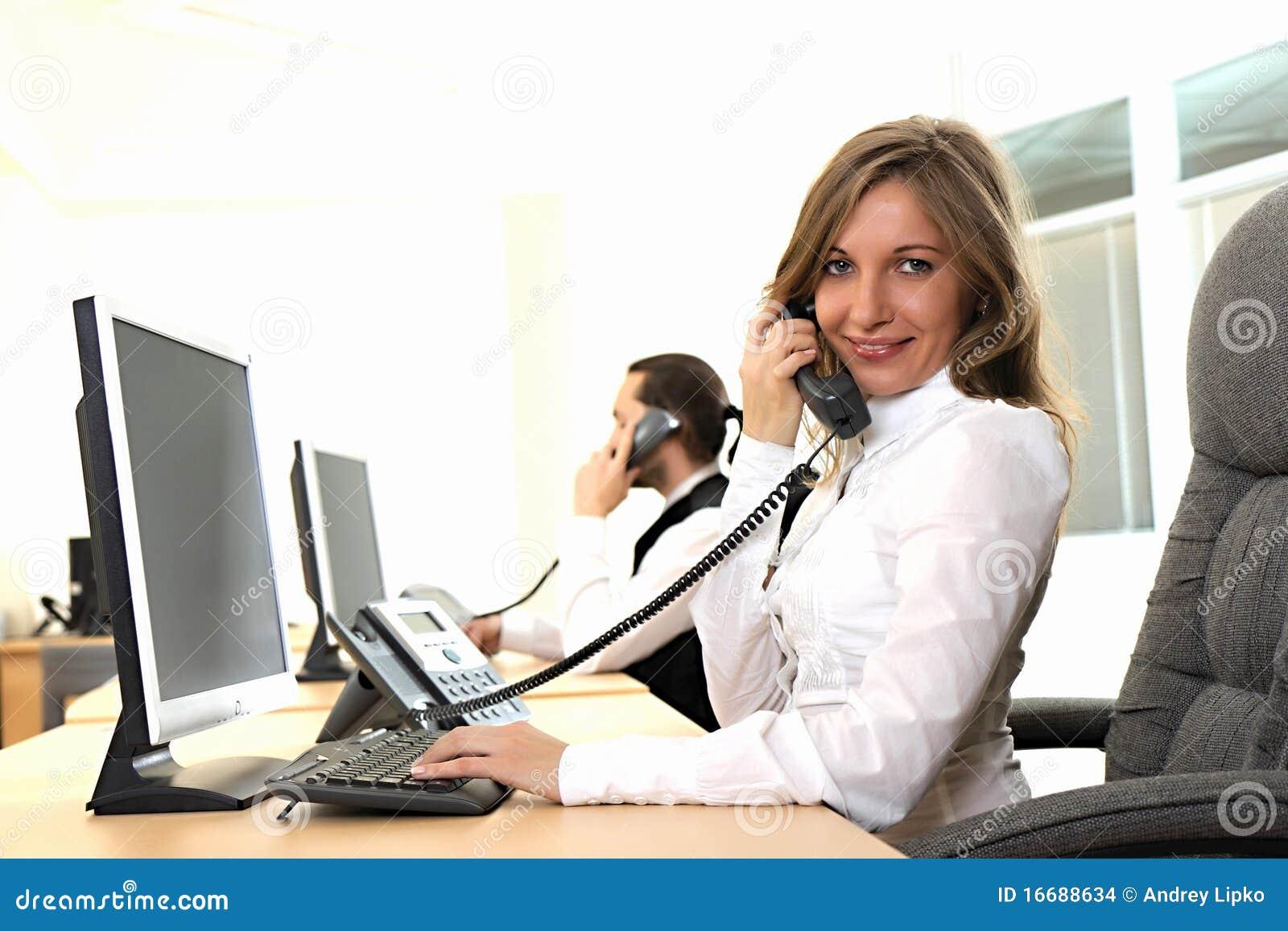 La chica joven en la oficina en el lugar de trabajo hace for Centro de trabajo oficina