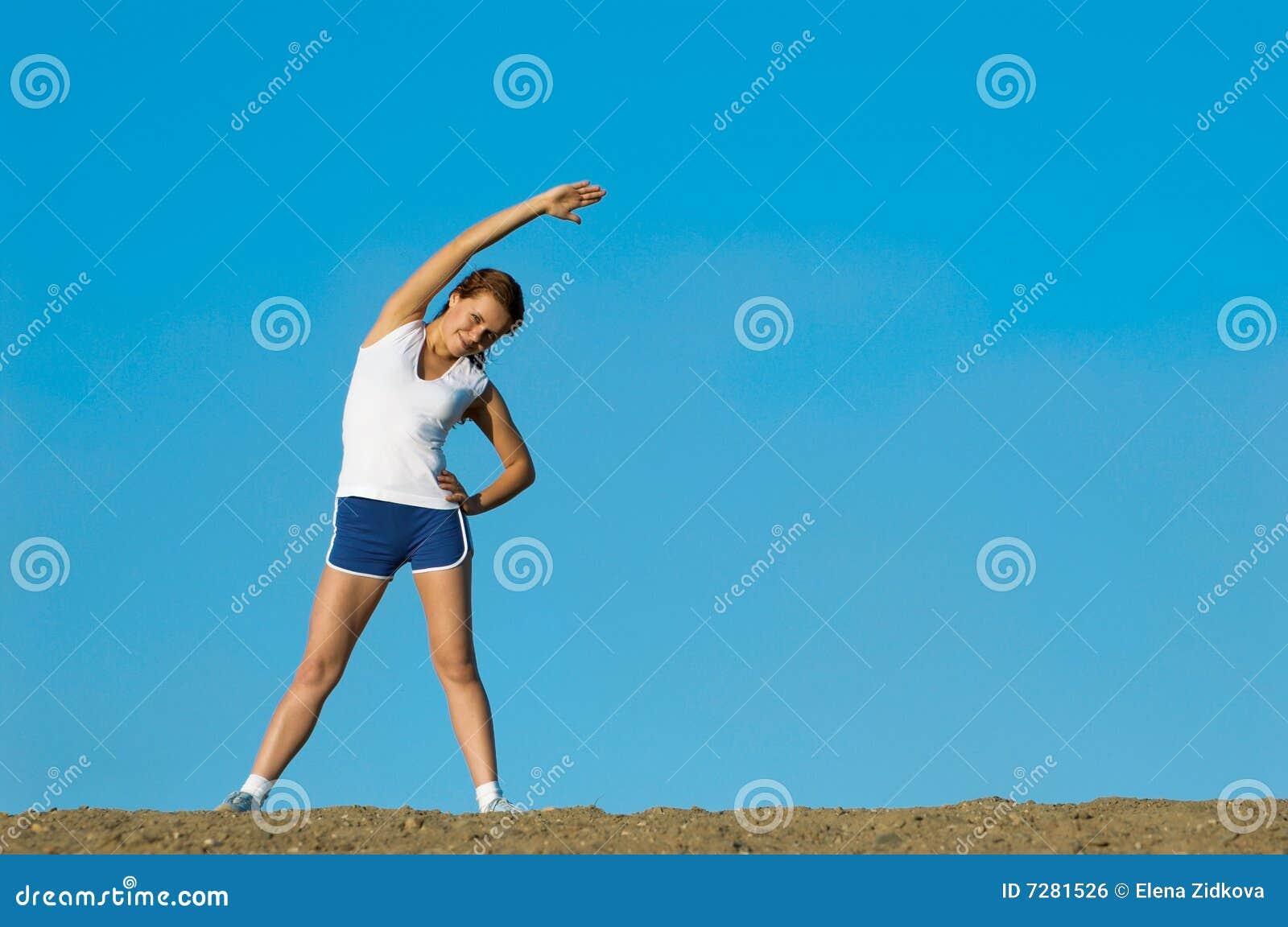 La chica joven juega deportes