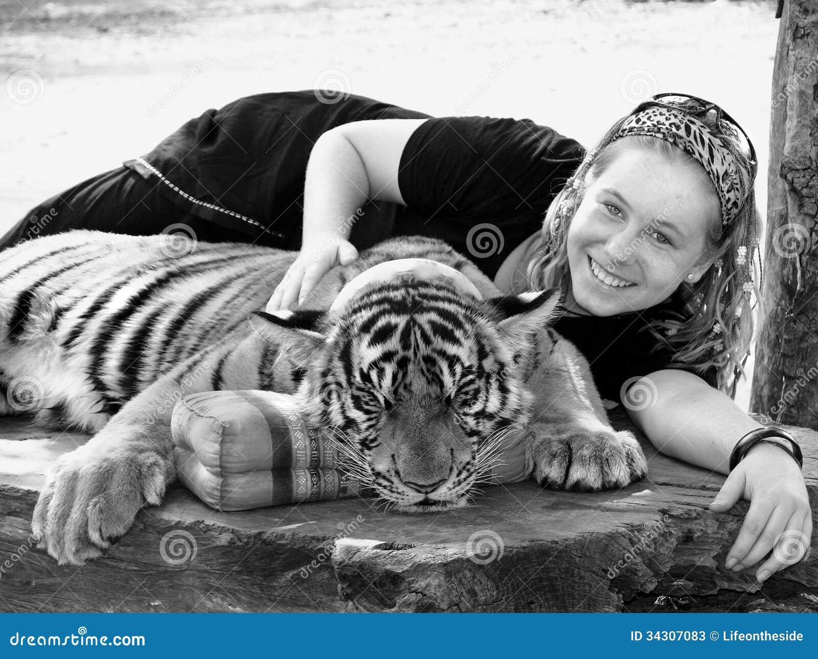 La chica joven para arriba se cierra con el día de fiesta Asia del tigre de Bengala