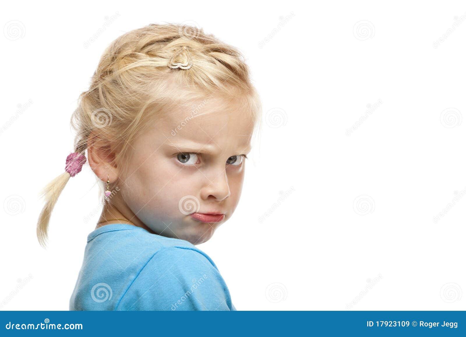 La chica joven parece enojada y ofendida en cámara