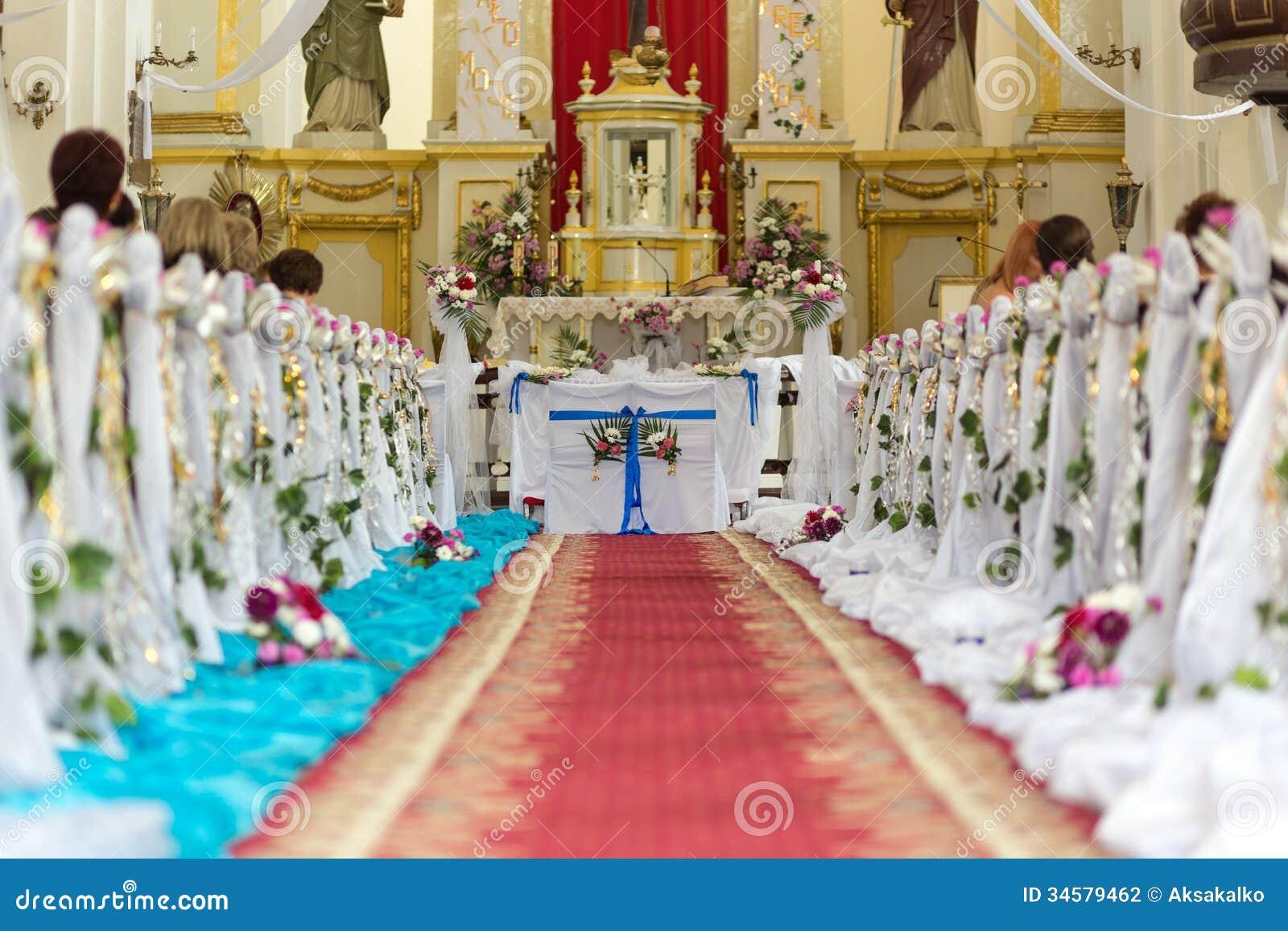 La chiesa è pronta per la cerimonia di nozze