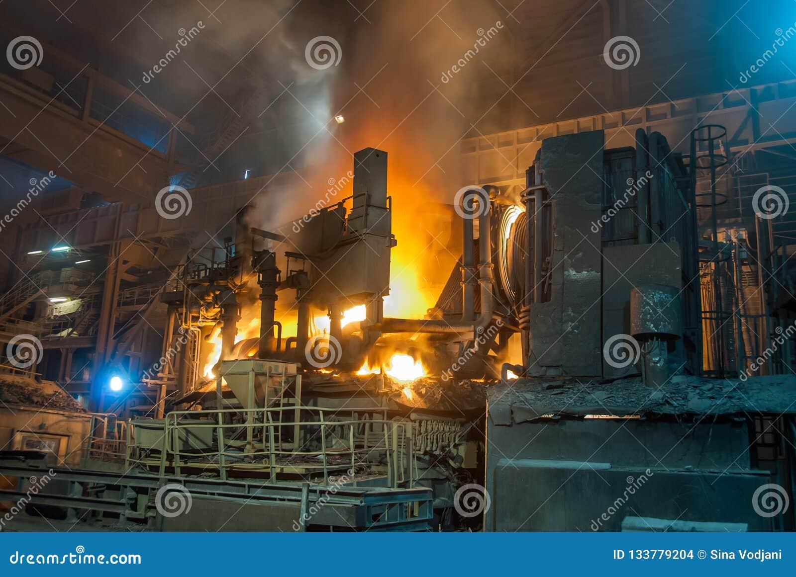 La chimenea del humo instala tubos el fabrik de la metalurgia en ARBED Luxemburgo