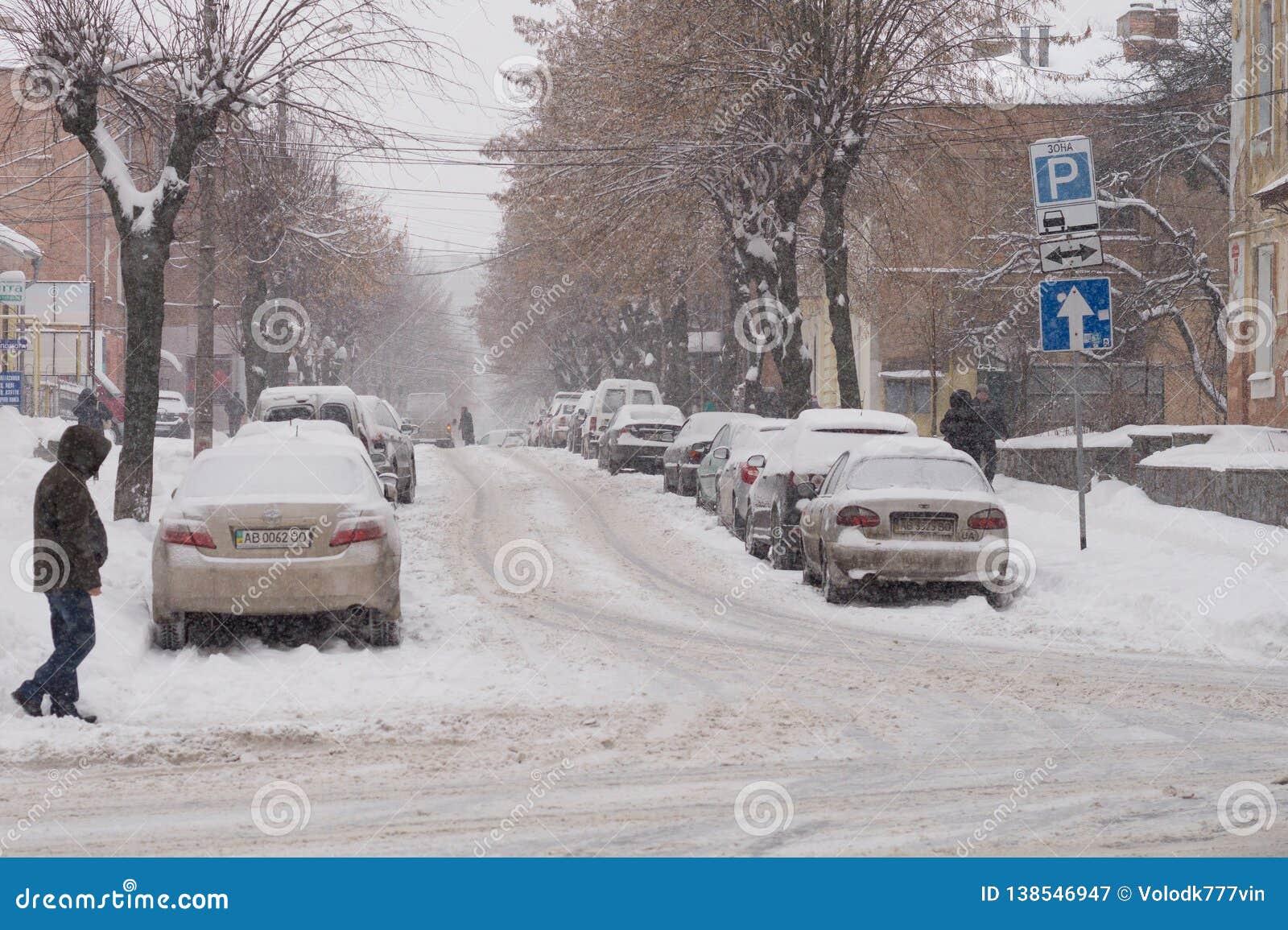 La chute de neige importante couvre les rues de la ville de neige