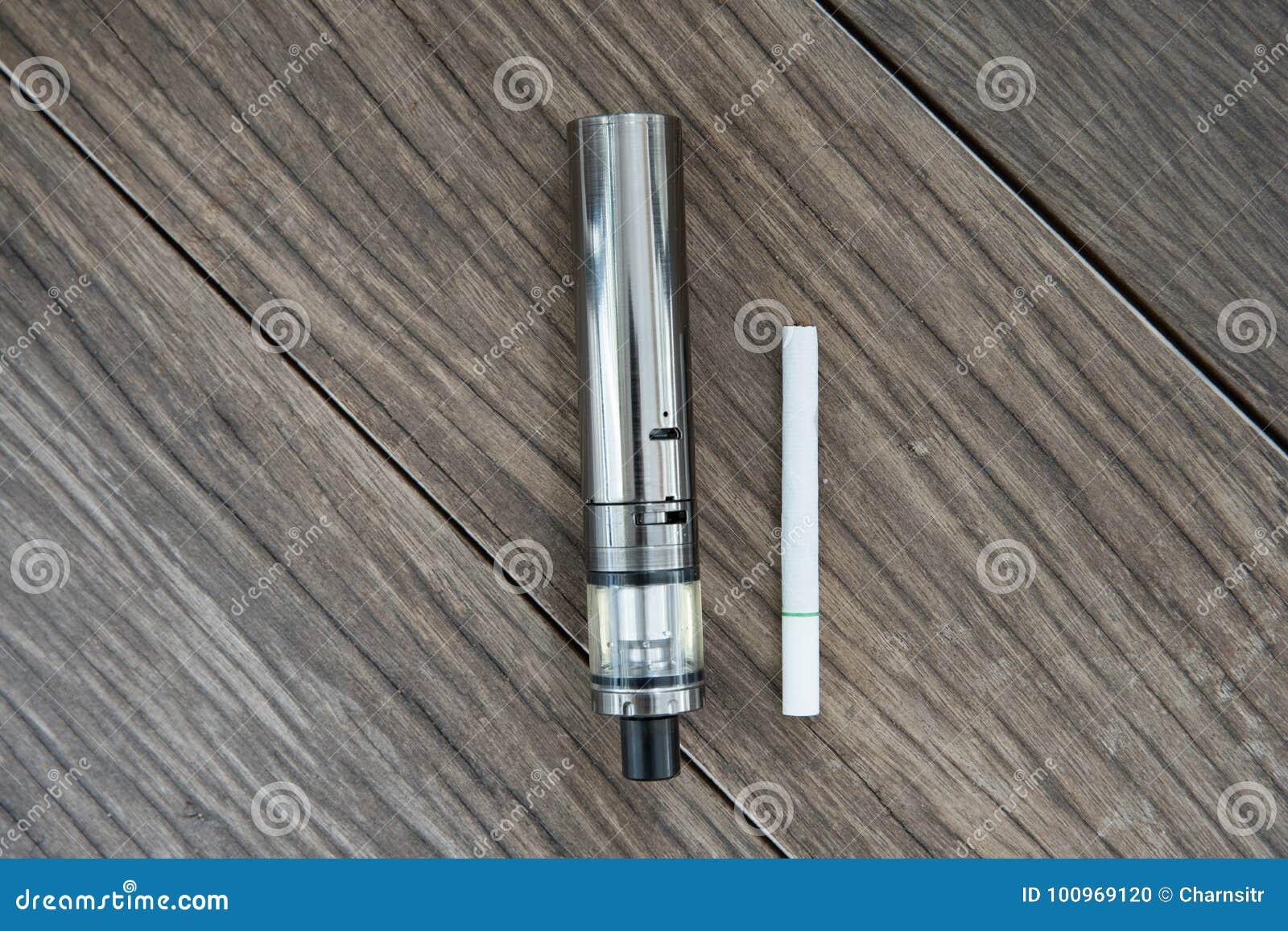 La cigarette électronique avec les cigarettes régulières