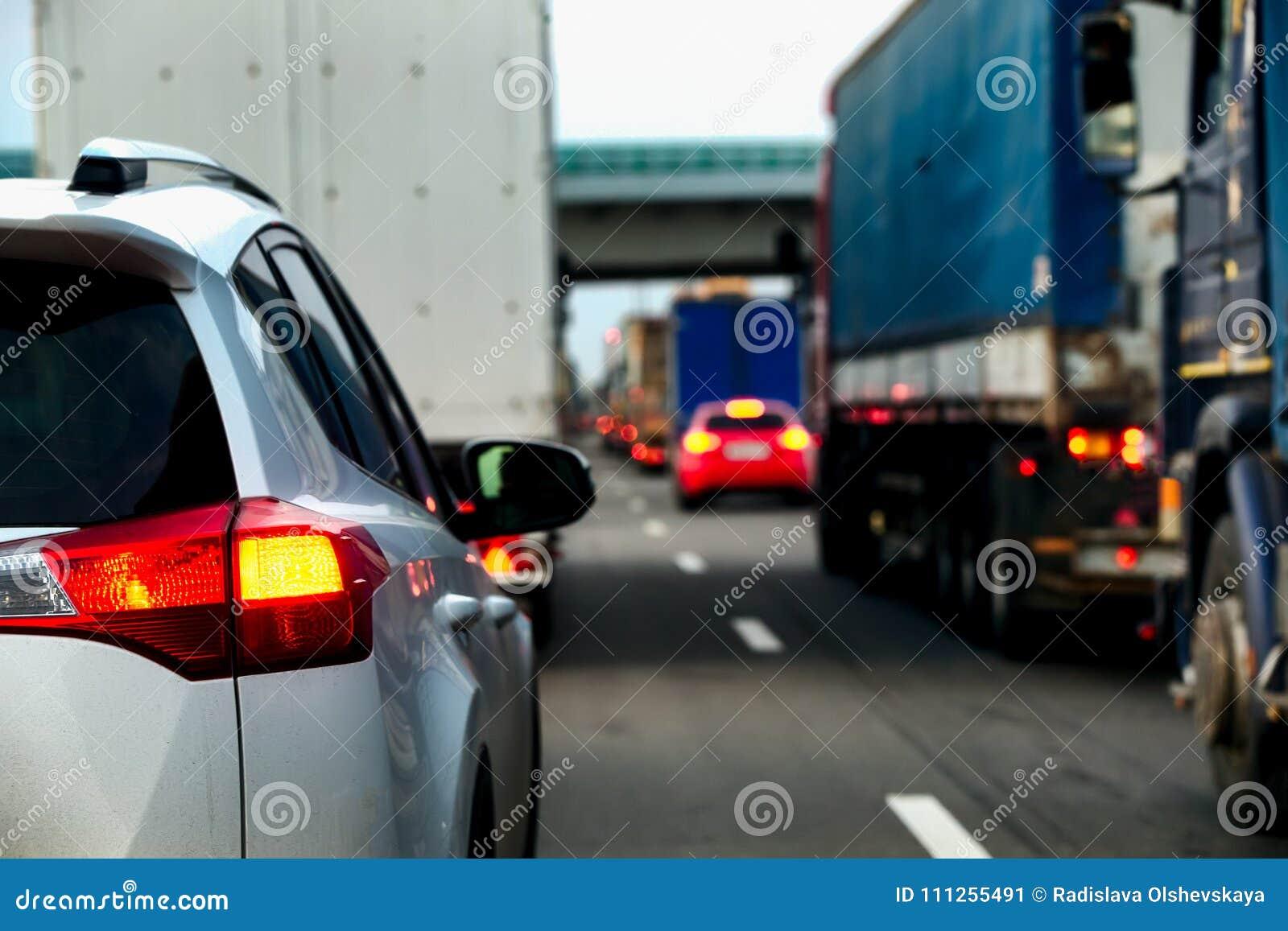 La circulation intense des camions et des voitures sur une route