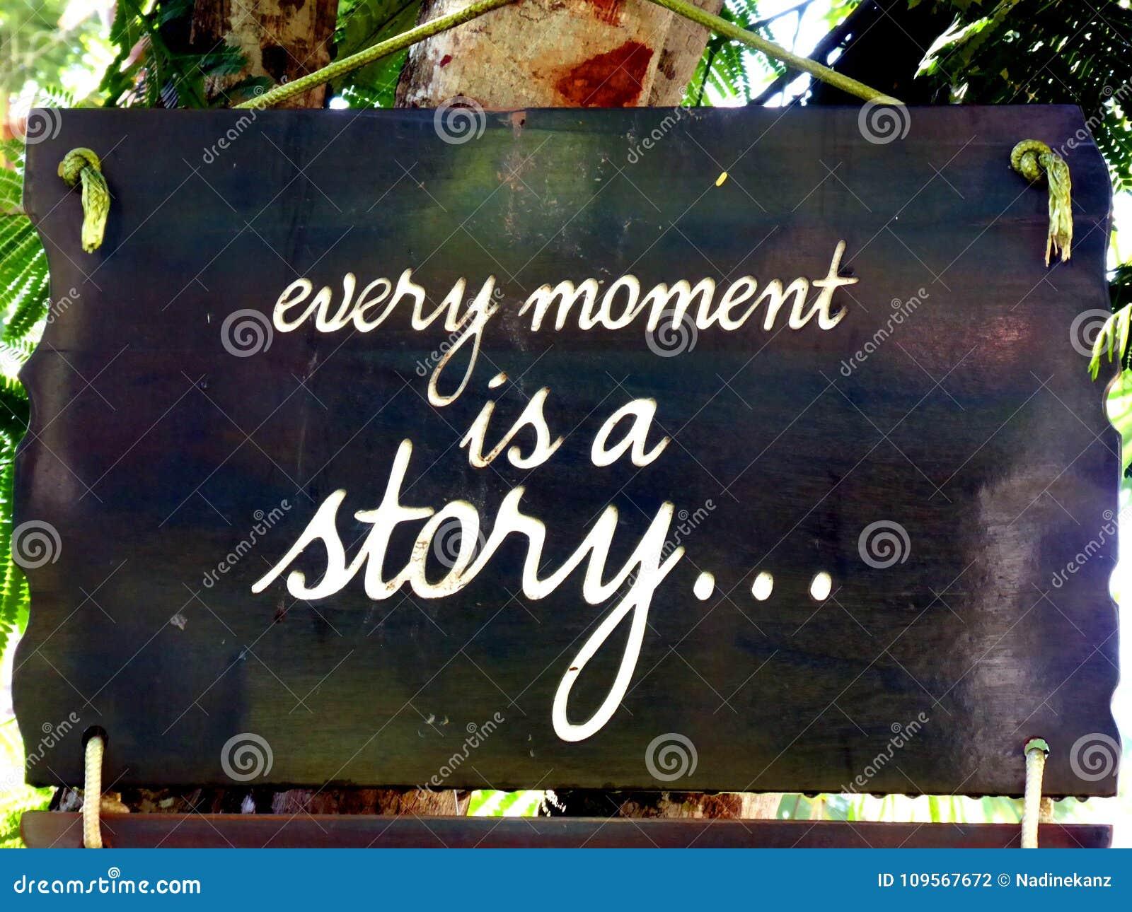 La cita inspirada de la motivación cada momento es una historia en una ejecución del suspiro en árbol