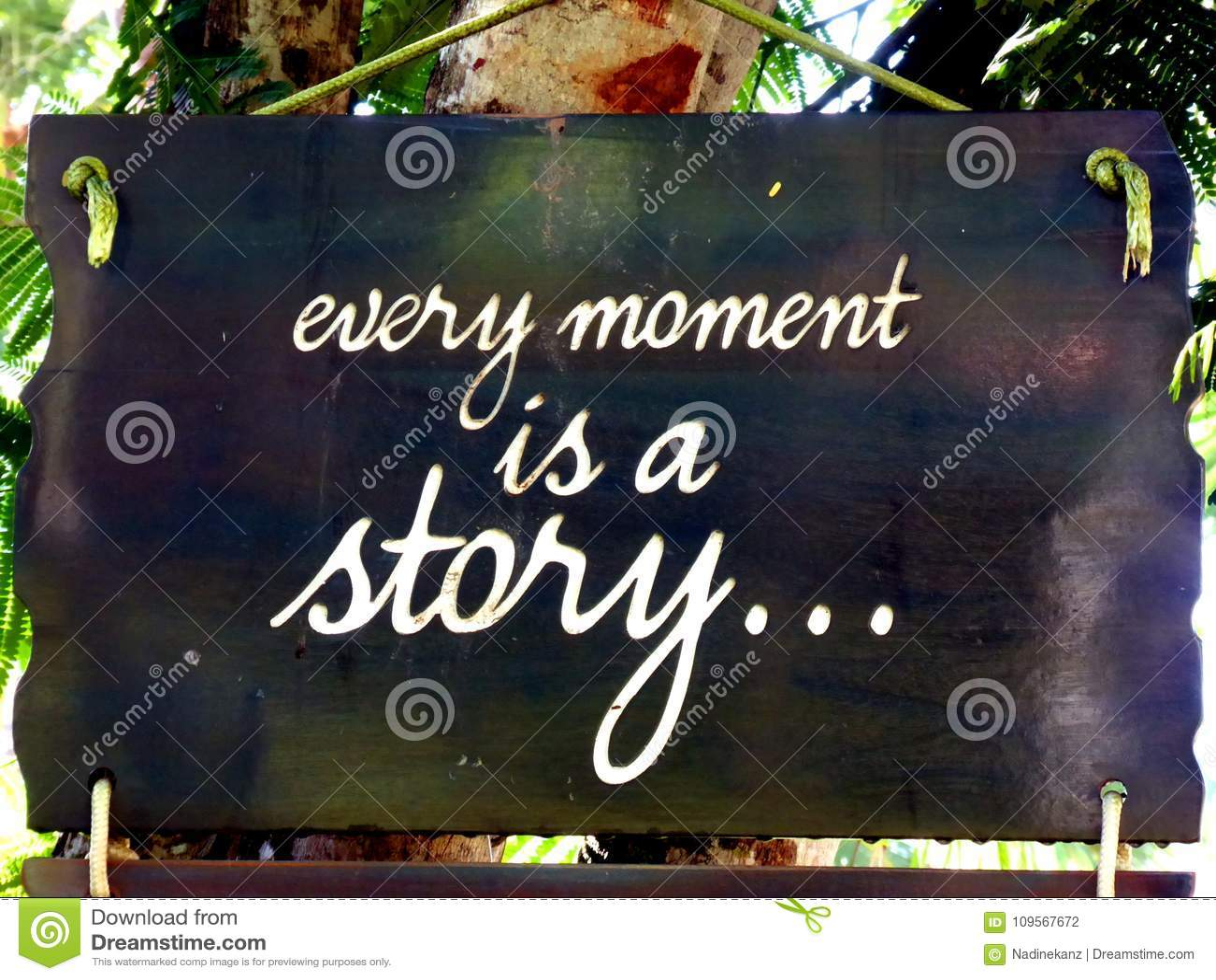 La citation inspirée de motivation chaque moment est une histoire sur un soupir accrochant dans l arbre