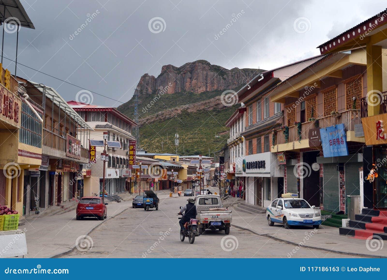 La città di Langmusi, Amdo Tibet, Cina La gente sta guidando il motore