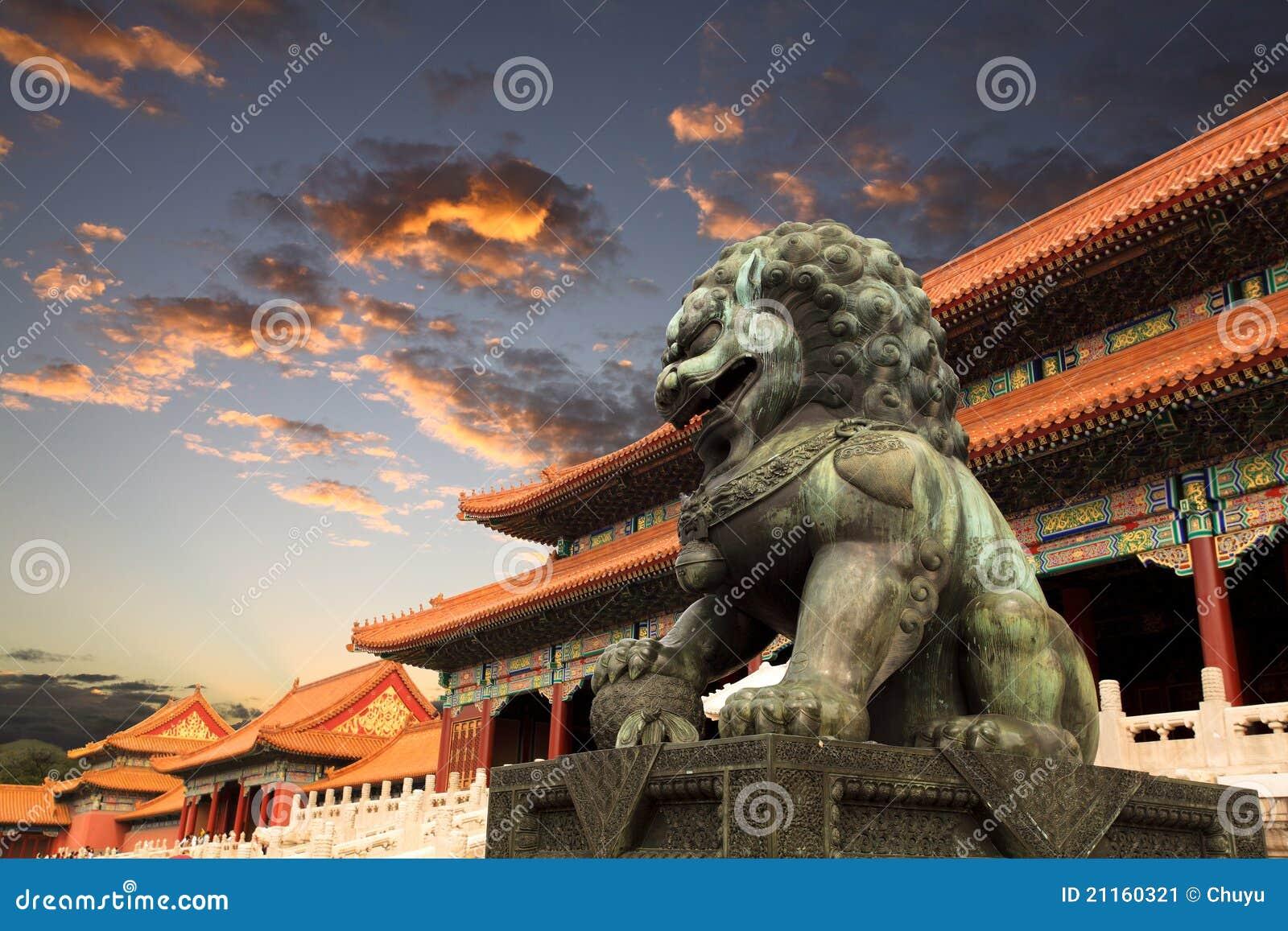 La città severa con incandescenza di tramonto a Pechino