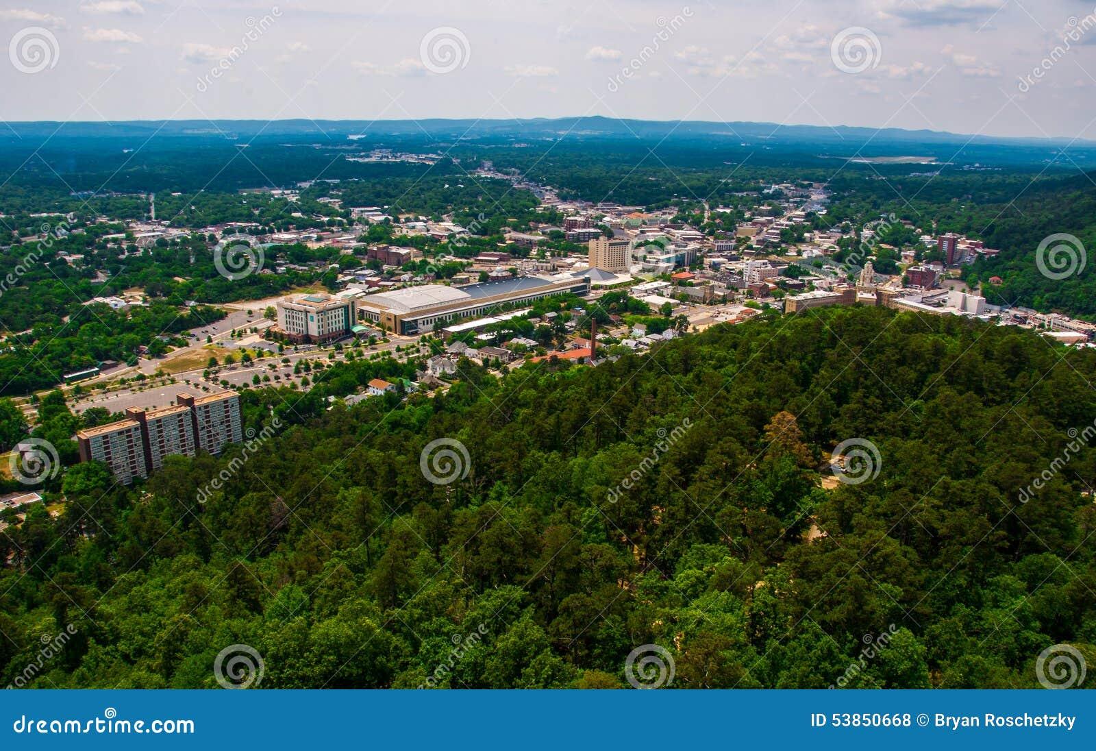La ciudad de Arkansas de las aguas termales pasa por alto la torre Ozark Mountains de la mirada hacia fuera