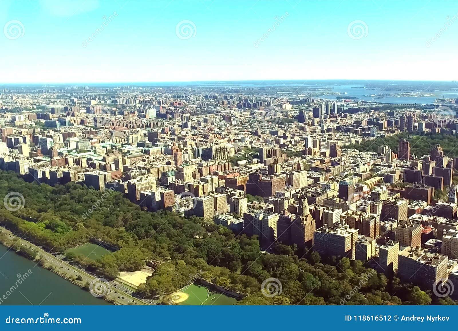 La ciudad de Nueva York es una opinión del s-ojo del ` del pájaro Rascacielos del ci