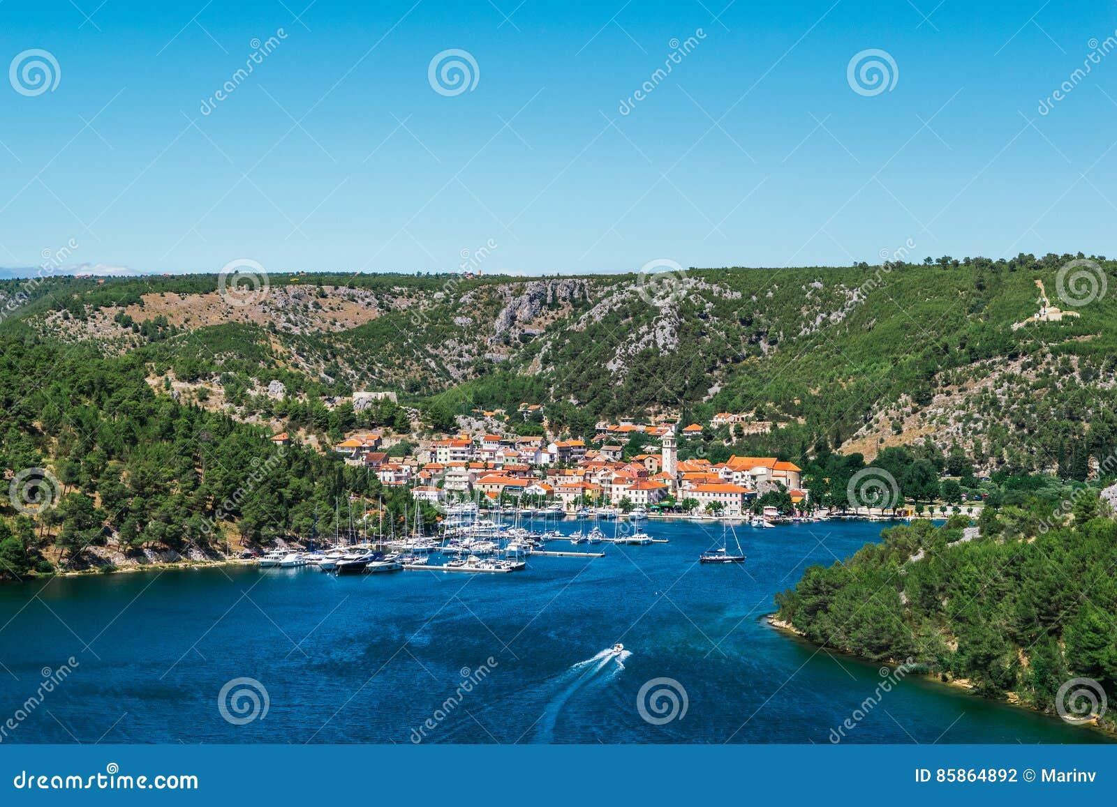 La ciudad de Skradin en el río de Krka en Dalmacia, Croacia vio de distancia