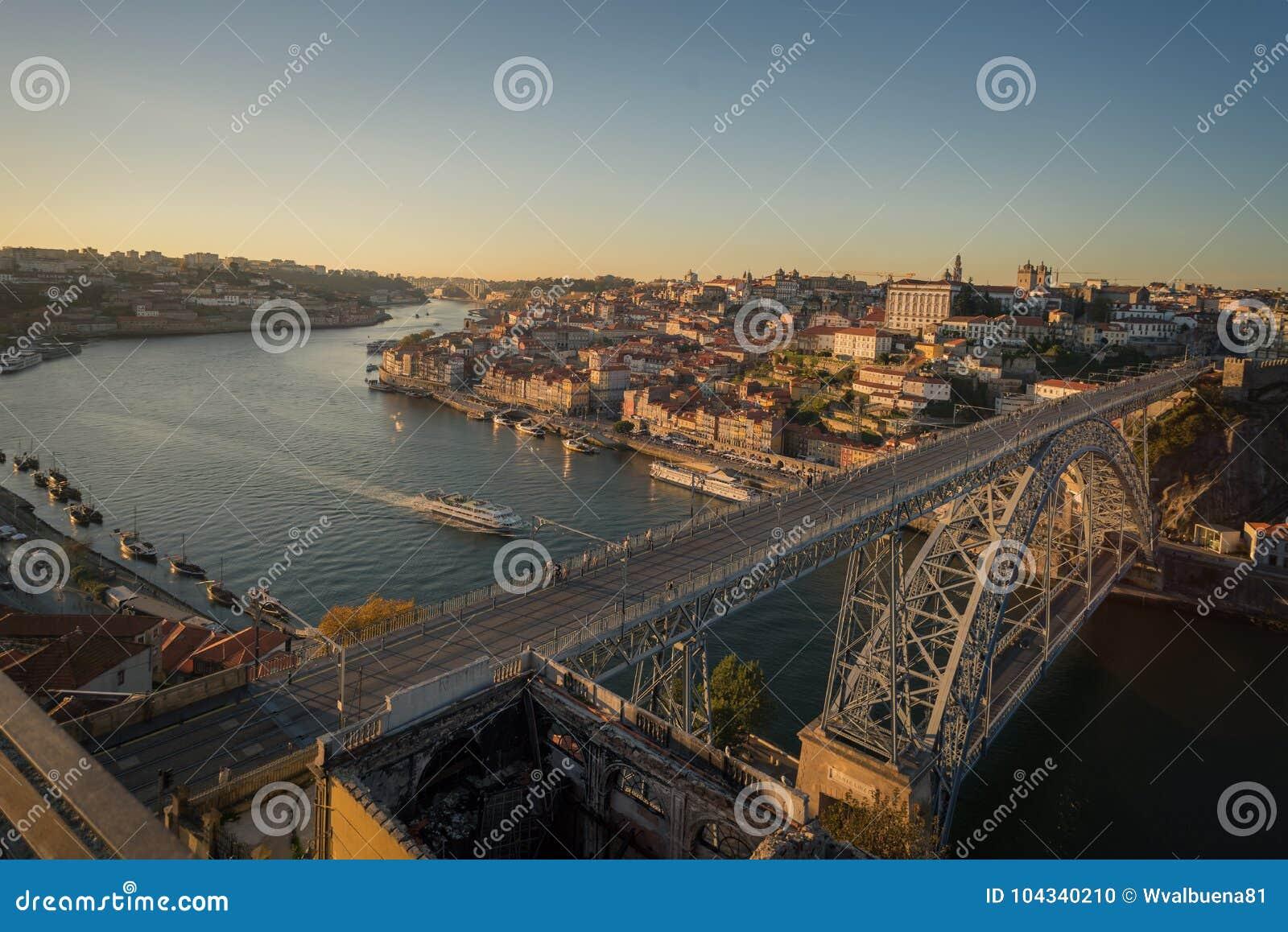 La ciudad del horizonte de la puesta del sol de Oporto