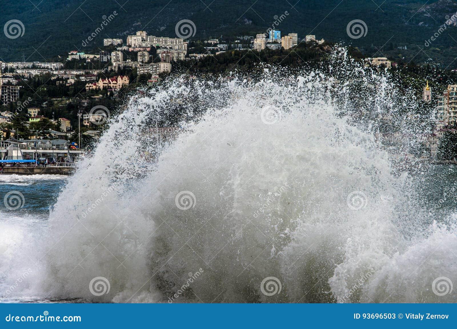 La ciudad del mar en la alta marea
