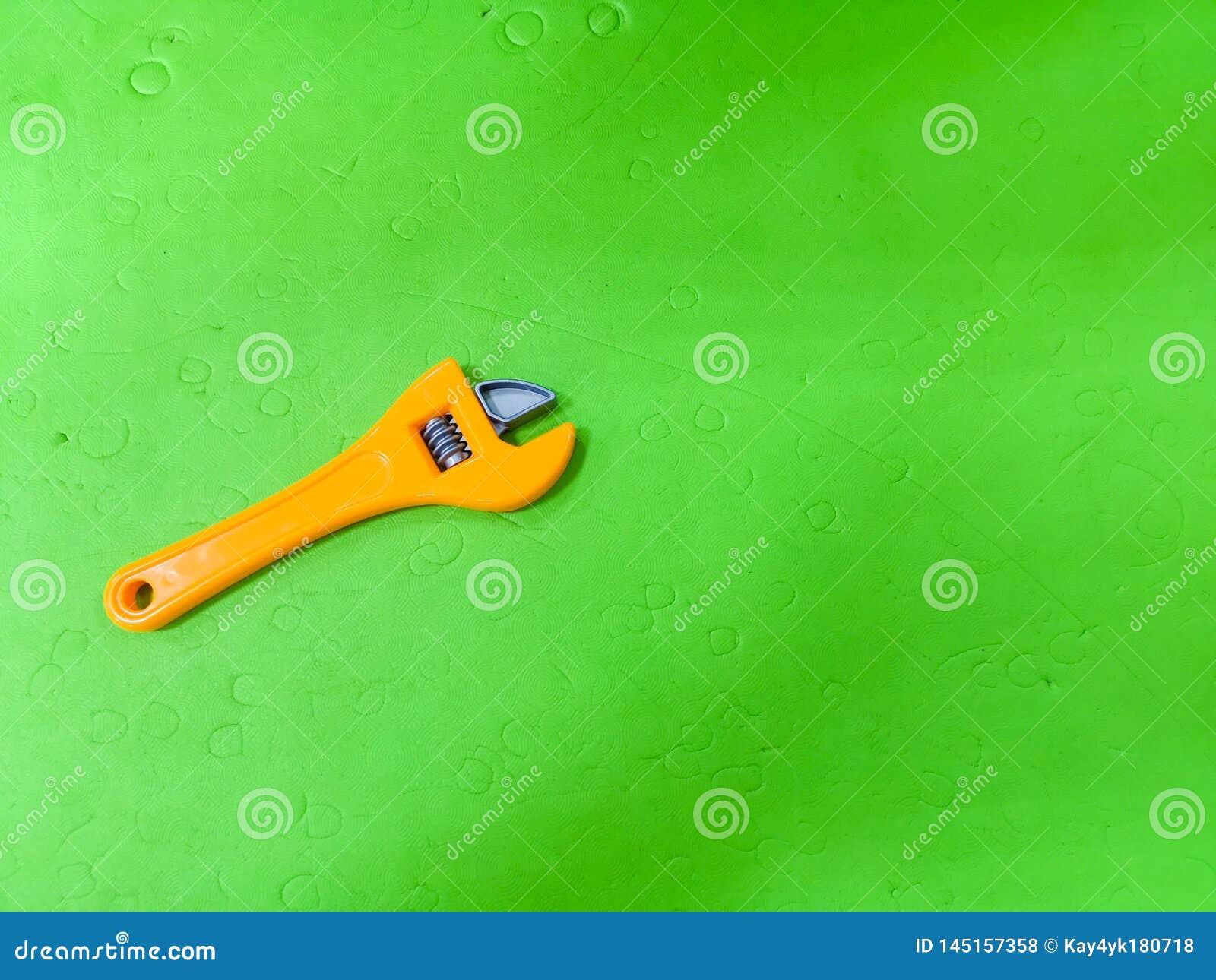 La clé des enfants sur un fond vert L outil pour l enfant, dépanneur etsky, développement pour des enfants, préparant l enfant