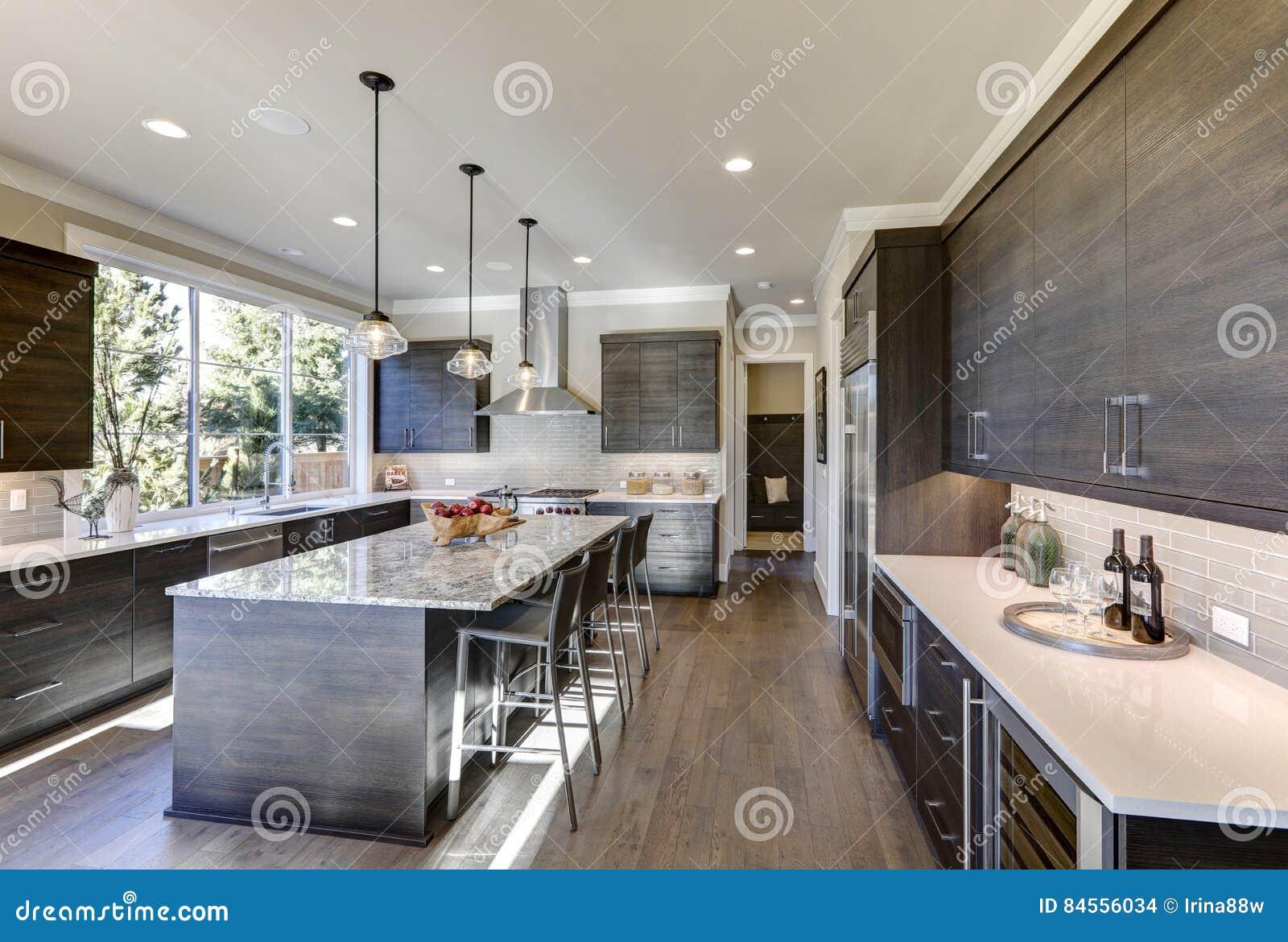 La cocina gris moderna ofrece los gabinetes sin pliegues for Cocina de madera gris oscuro