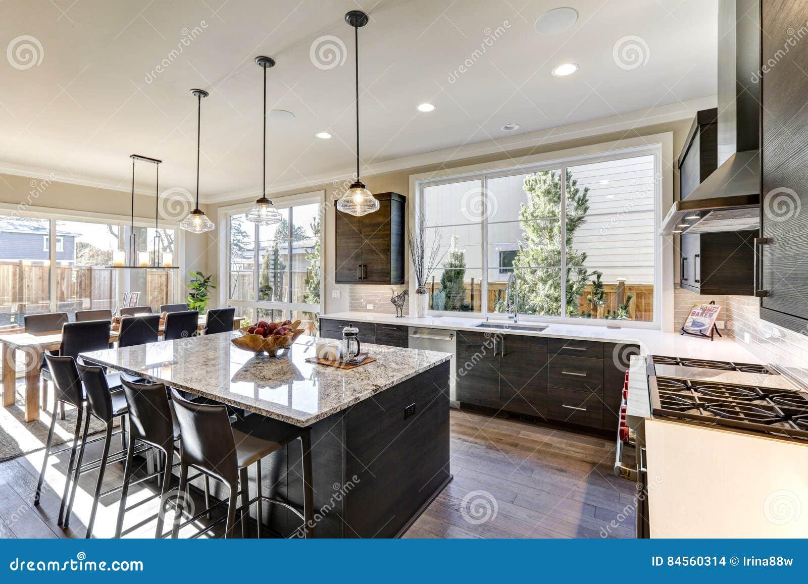 la cocina gris moderna ofrece los gabinetes sin pliegues