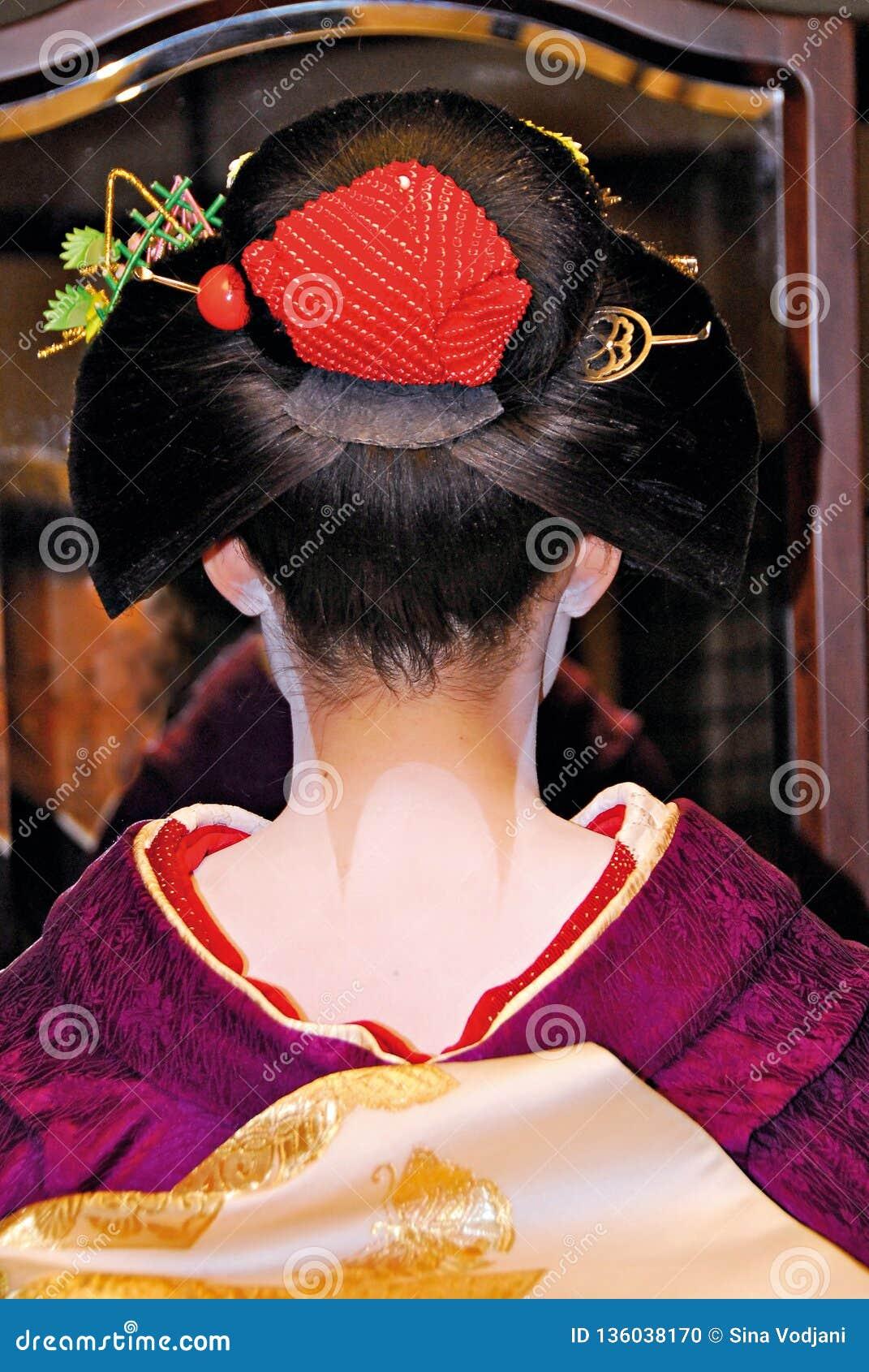 La coiffure et le cou de Maiko ont peint blanc