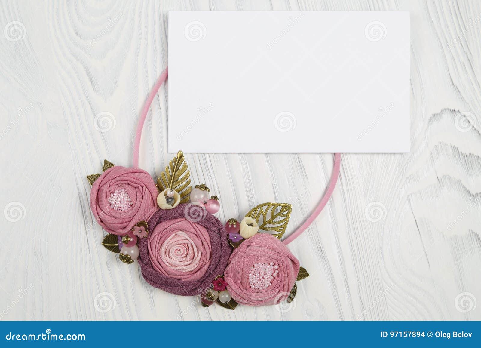 Ha Fiori Bianchi E Rosa.La Collana Fatta A Mano Con Il Rosa Ha Colorato I Fiori Che Si