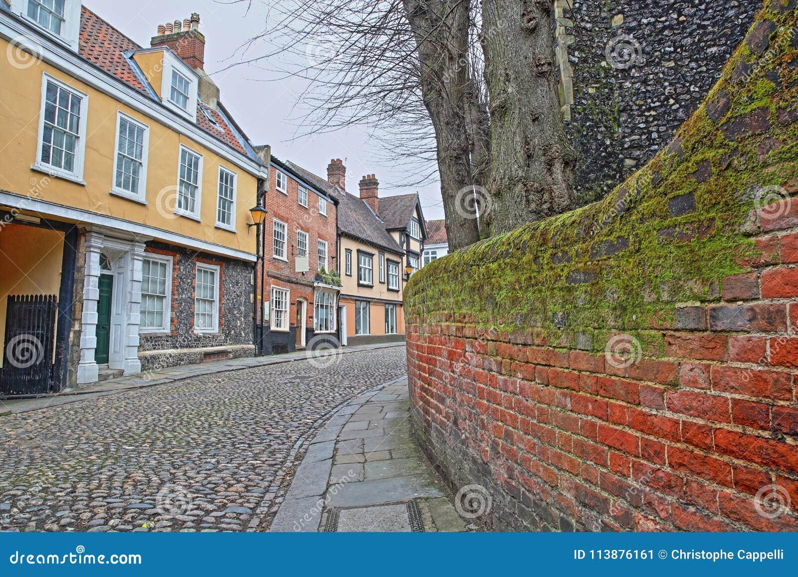 La colline d orme a pavé la rue en cailloutis avec les maisons médiévales de la période de Tudor