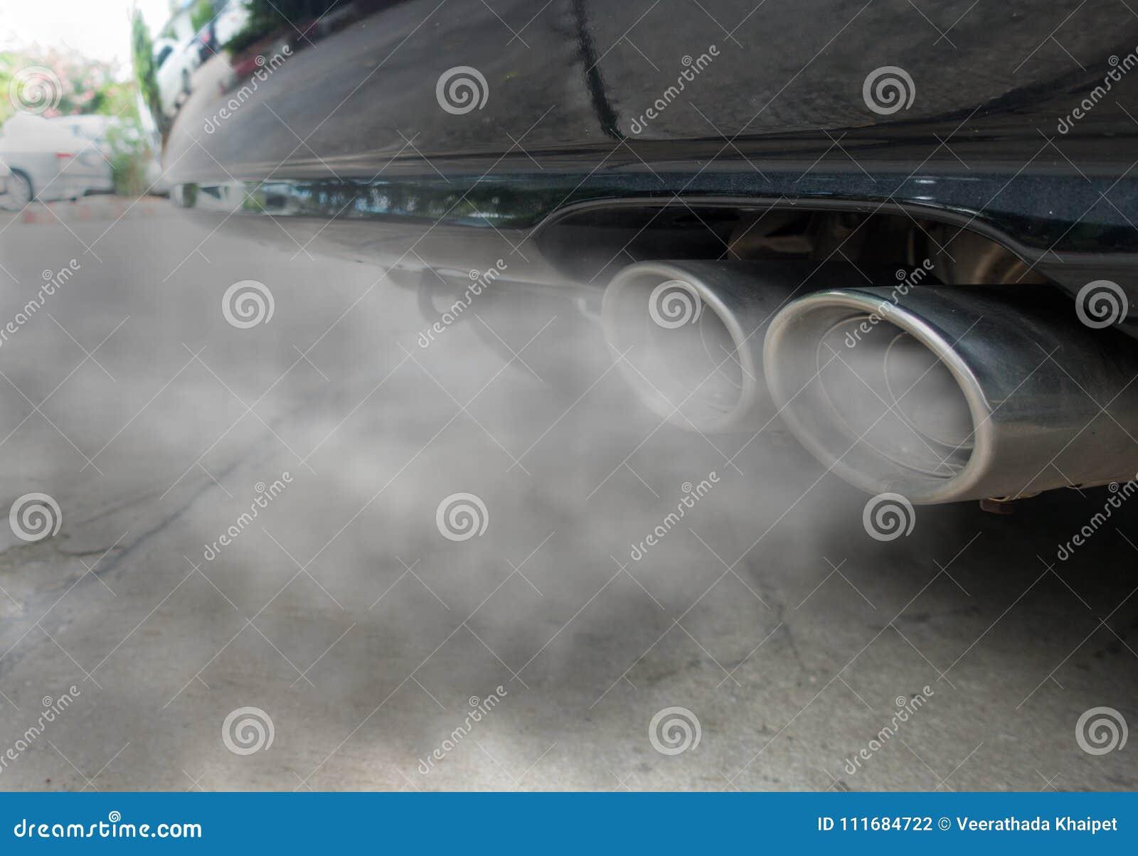 La combustion émet de la vapeur sortant du pot d échappement noir de voiture, concept de pollution atmosphérique