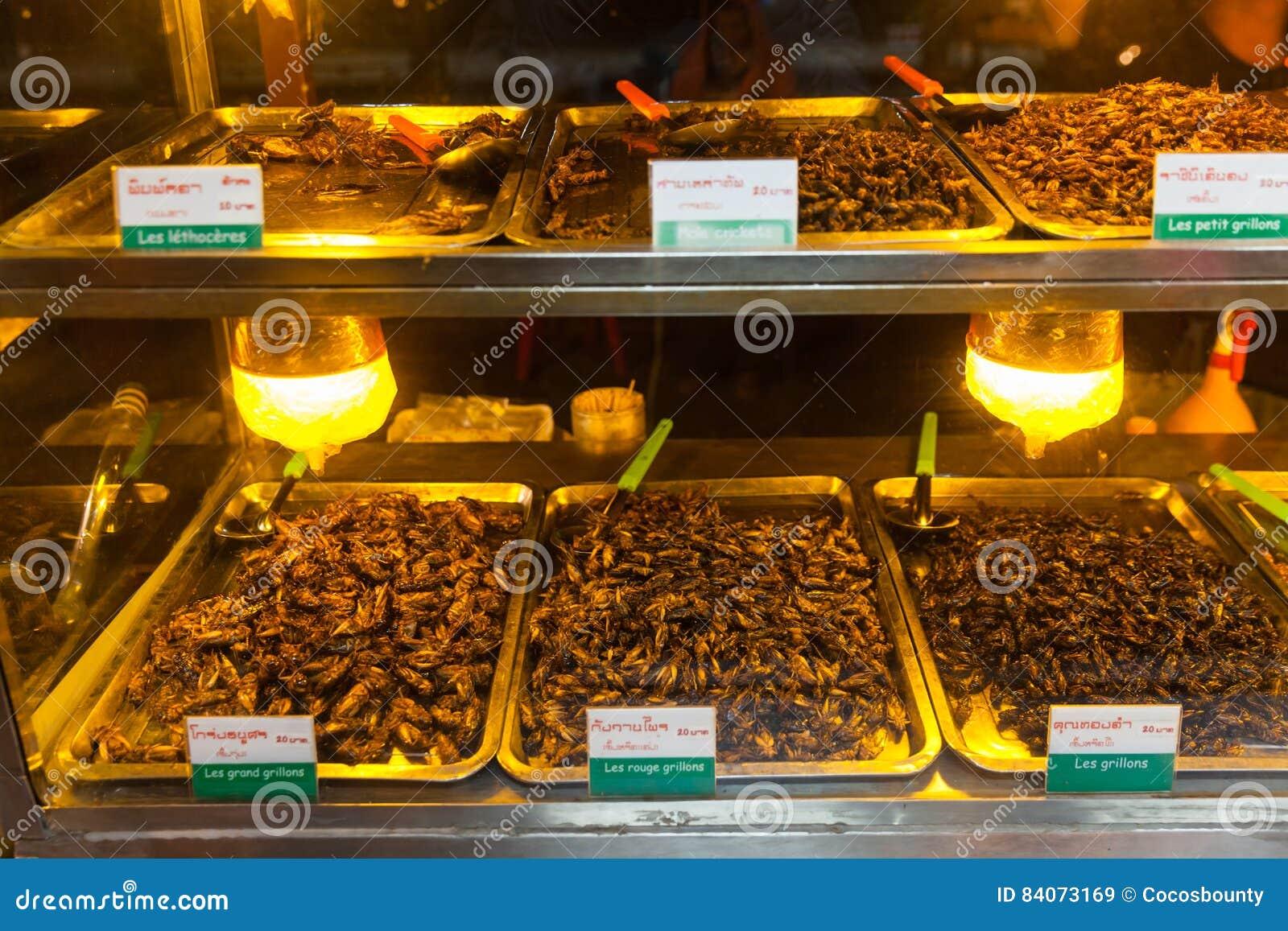 La comida de Camboya, insectos fritos, insectos frió en la comida de la calle