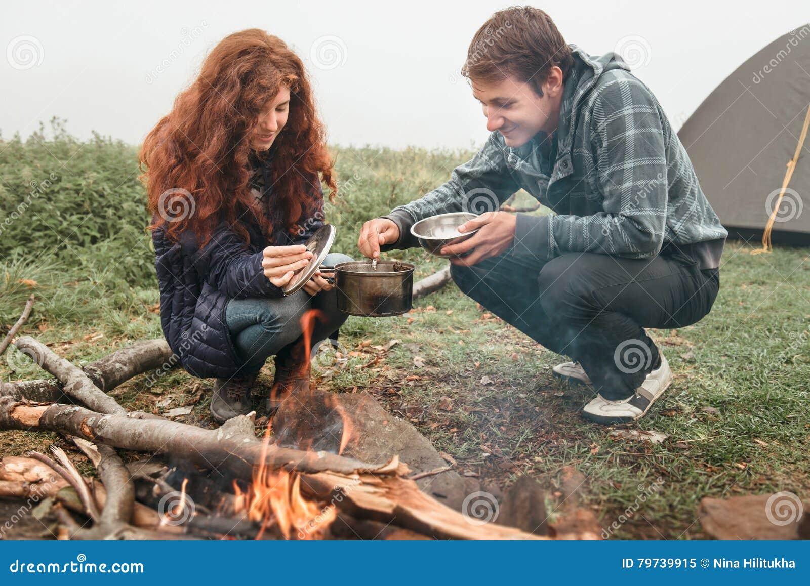 La comida fresca sabrosa antropófaga cerca del fuego se preparó en campo