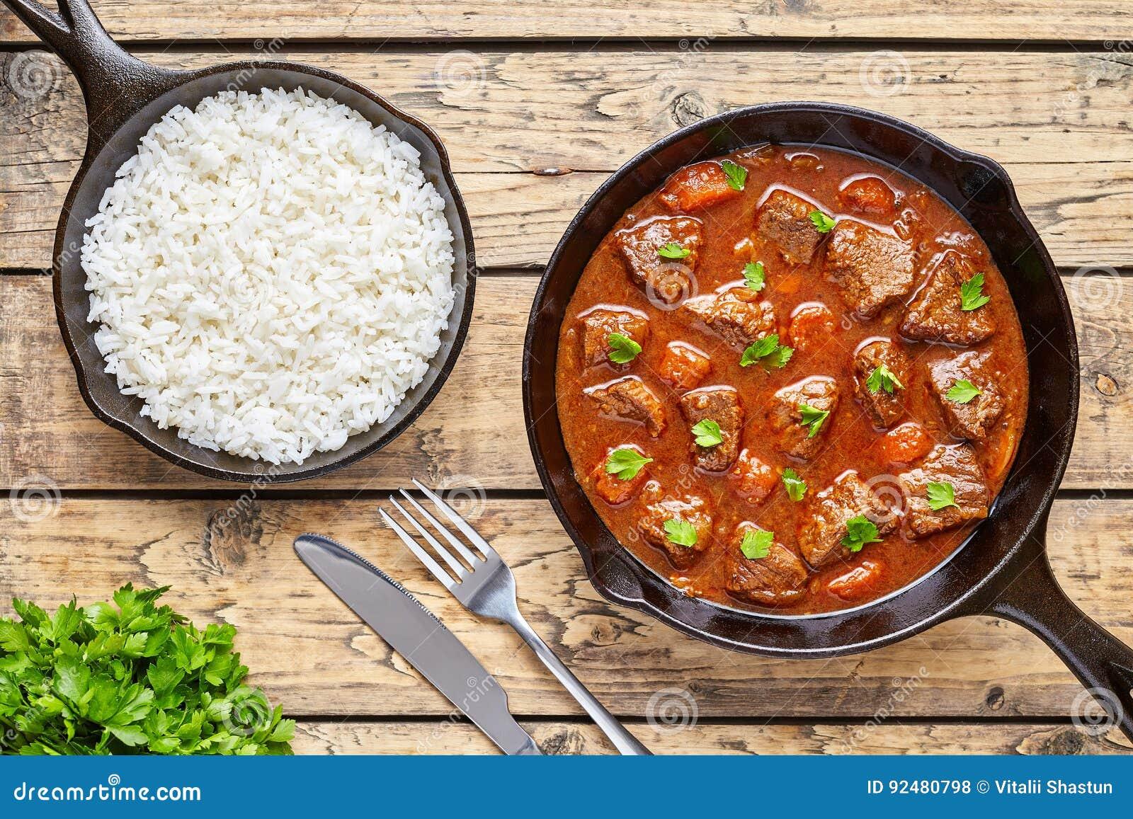 La comida húngara hecha en casa de la sopa del guisado de la carne de la carne de vaca del cocido húngaro cocinada con la salsa p