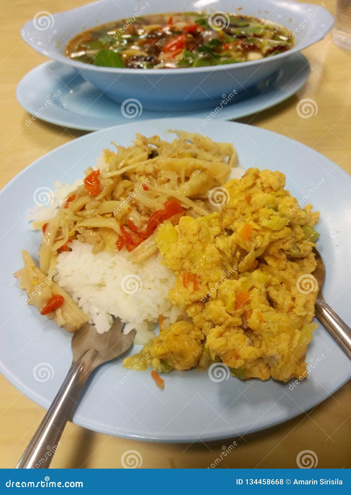 La comida tailandesa, almuerzo, Spiced conservó en vinagre brotes de bambú, la tortilla, la sopa seca ahumada del graawp del bpla