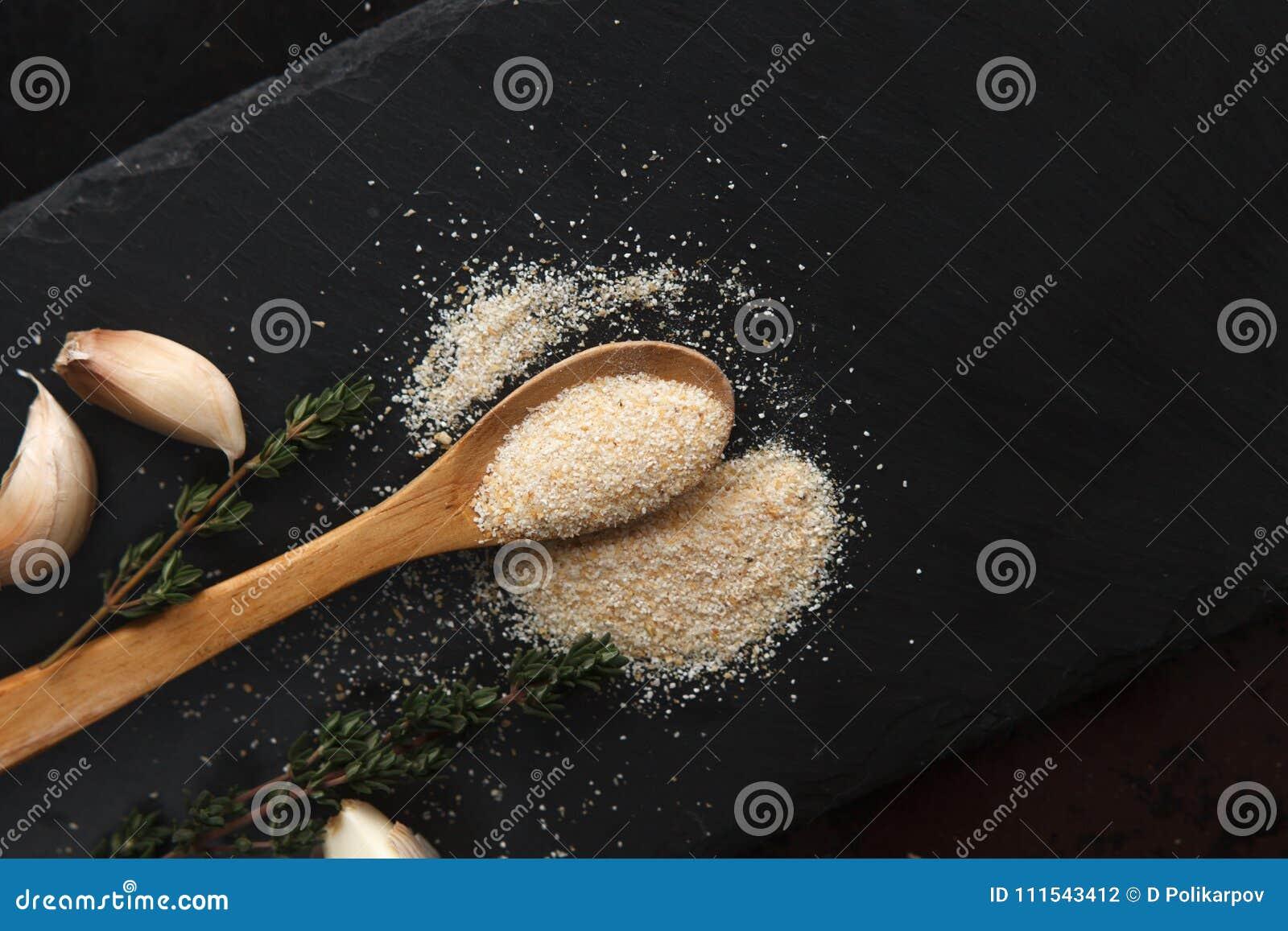 La composición del polvo del ajo, las puntillas del tomillo y los clavos en pizarra negra suben