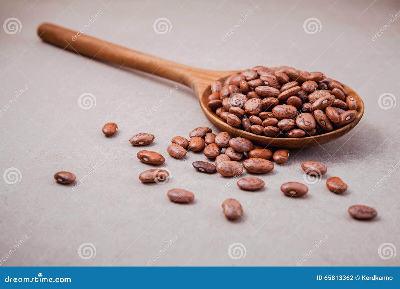 La composition des haricots de pinto crus dans la cuill re en bois sur le dos de brun photo - Le coup de la cuillere en bois ...