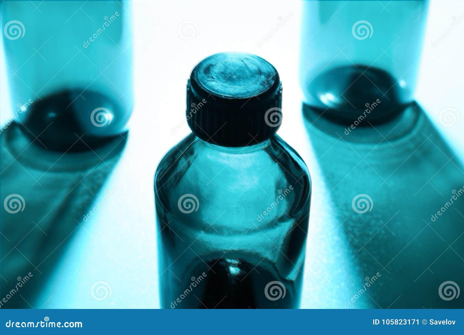 La composition des pots transparents avec l ombre dans la couleur froide teintée