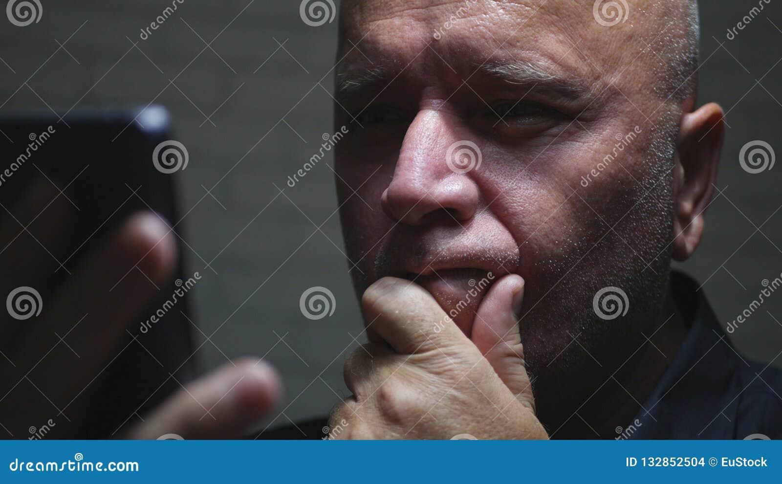 La comunicación de Text Using Cellphone del empresario del trastorno y leyó un mensaje decepcionado