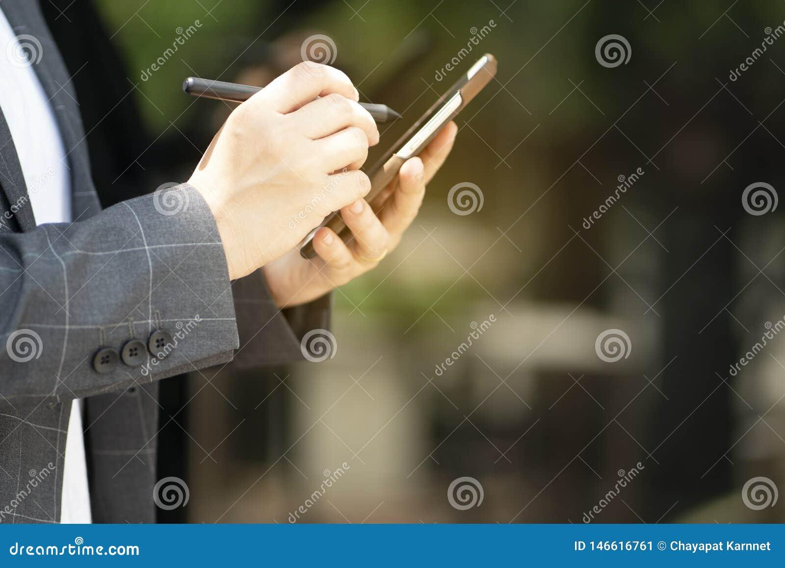 La comunicazione avanzata rende le transazioni facili con i sistemi della rete sociale