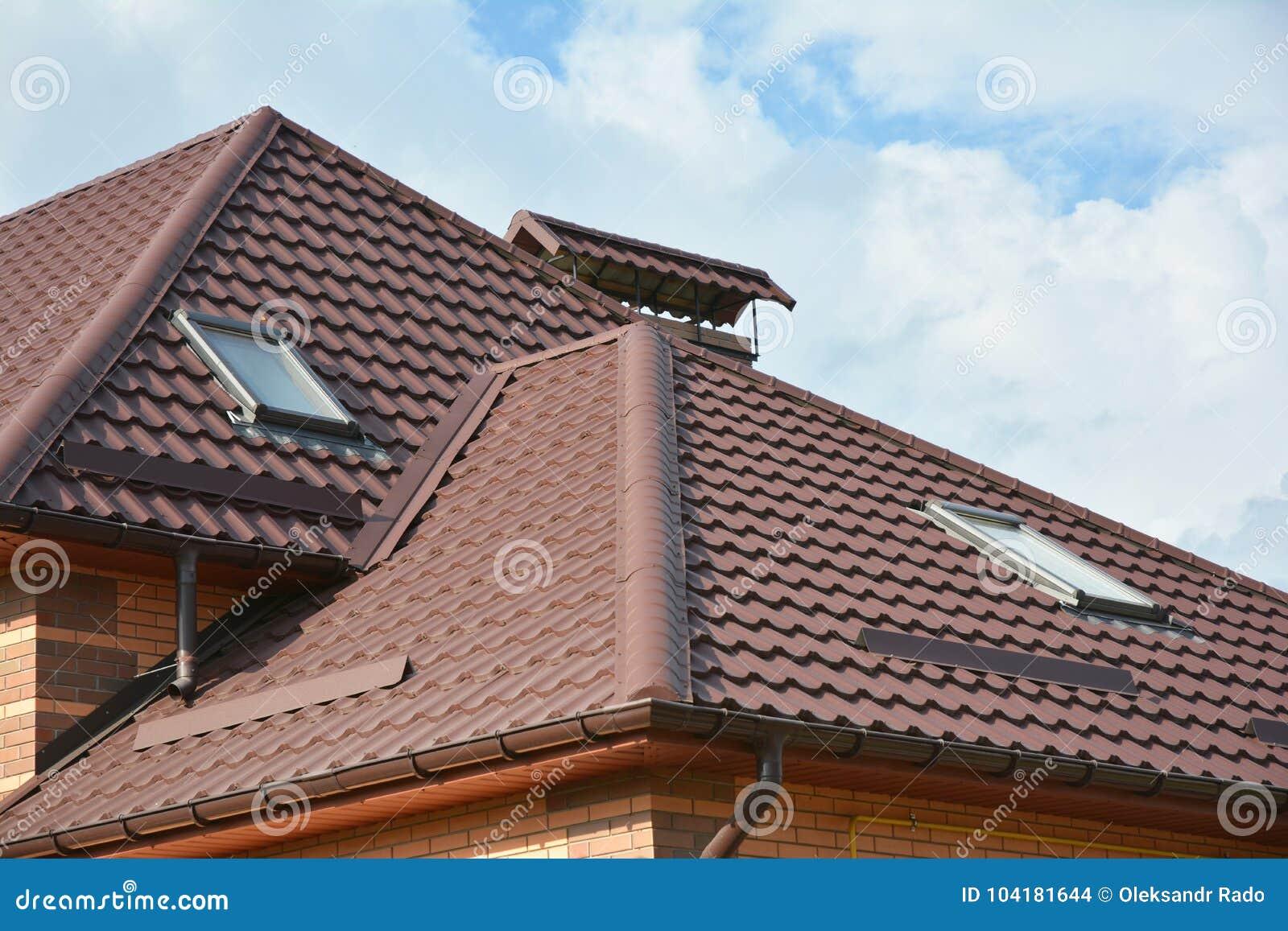 La Construction Moderne De Toiture De Maison Avec Des Lucarnes De ...
