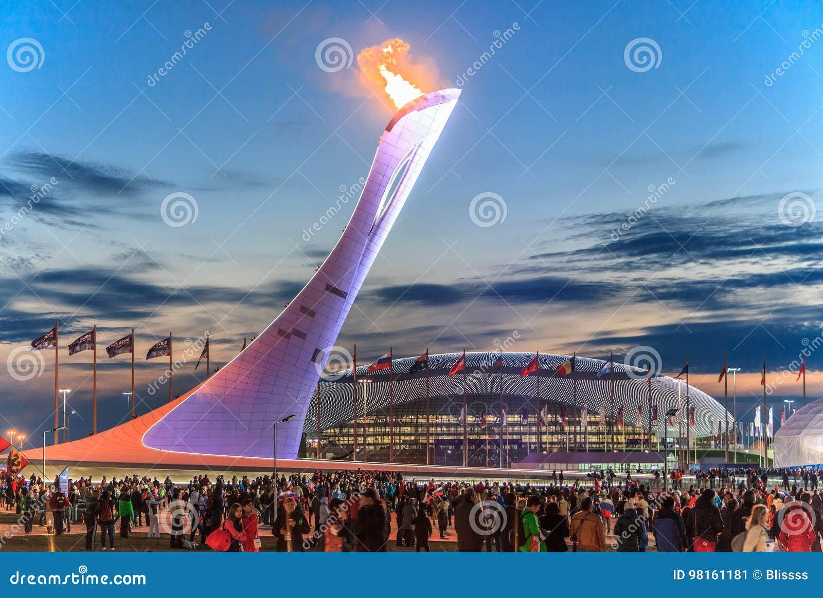 La construction olympique de torche avec la flamme brûlante en parc olympique était le lieu de rendez-vous principal des Jeux Oly