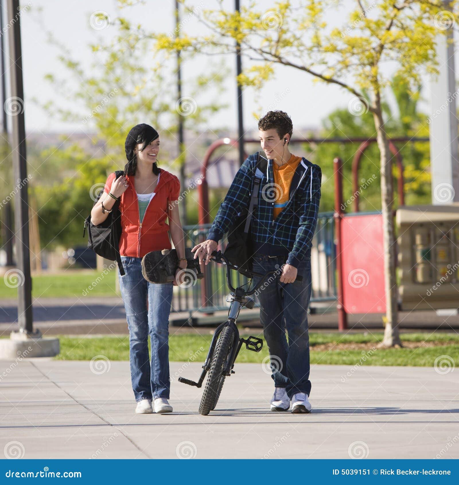 La coppia di anni dell adolescenza cammina insieme