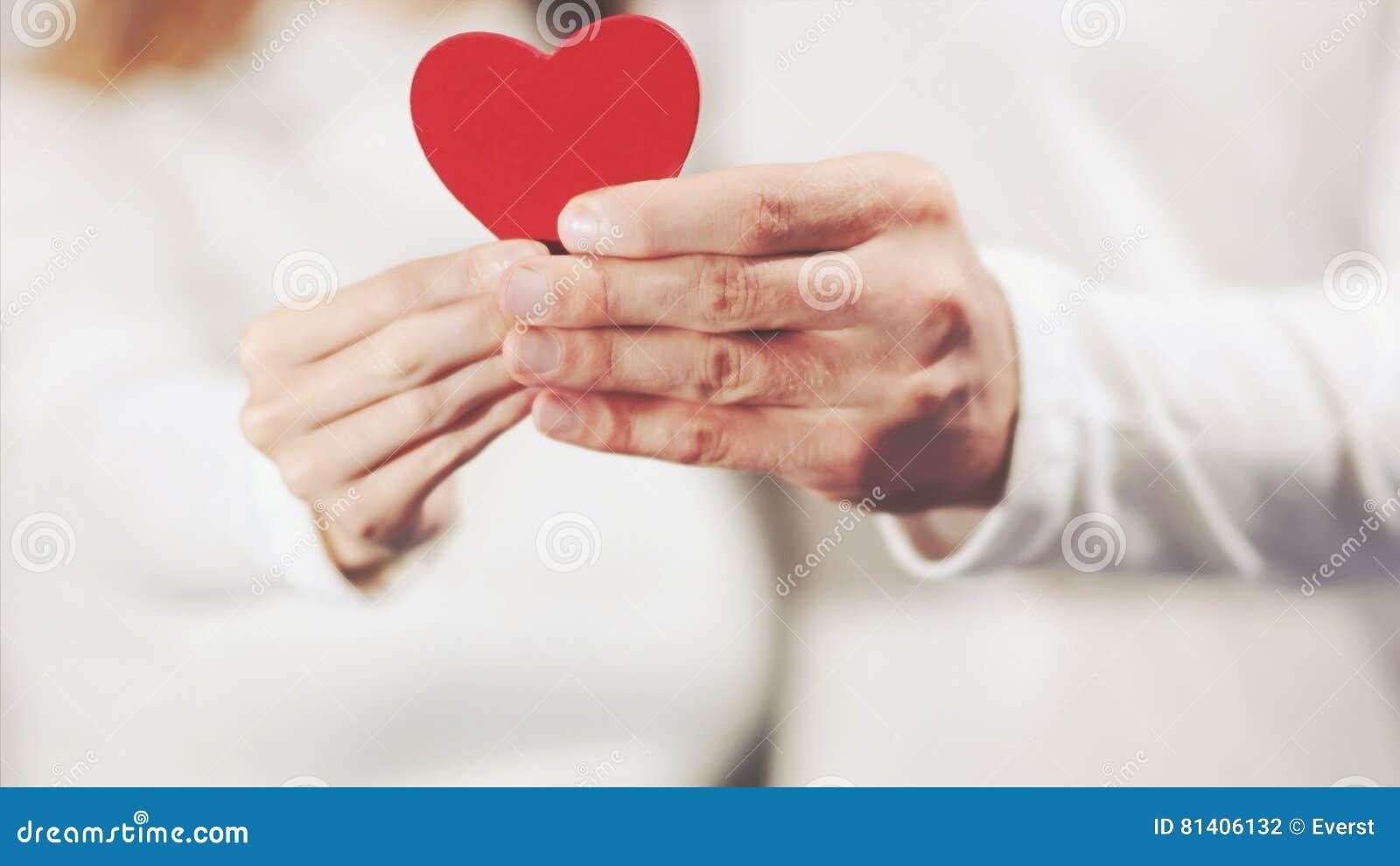 La coppia nell amore passa la forma del cuore della tenuta