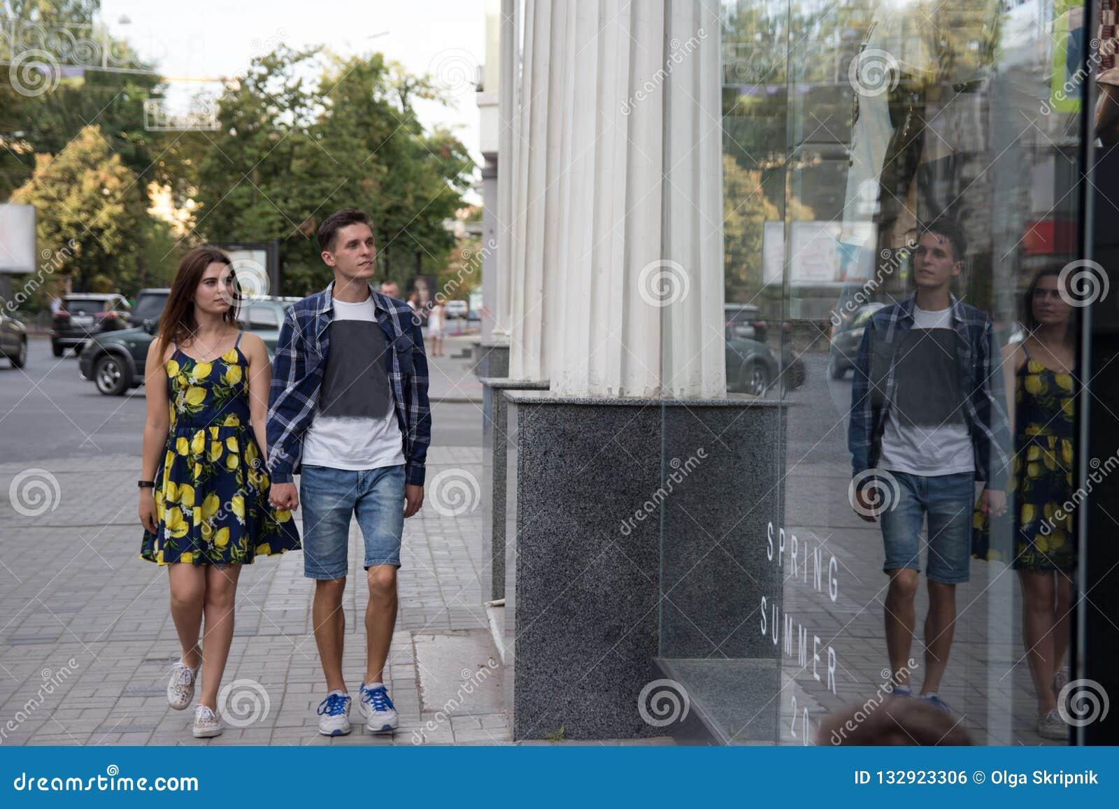 La coppia sorride e cammina intorno alla città e va a fare spese, autunno e primavera