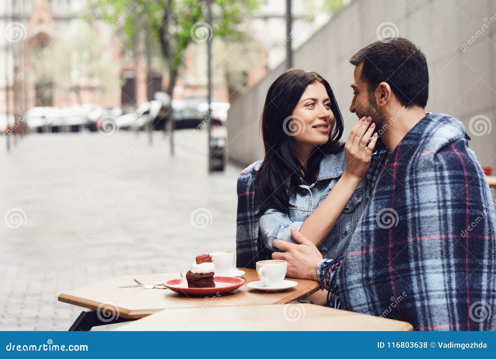 La coppia sta esaminandose nell amore