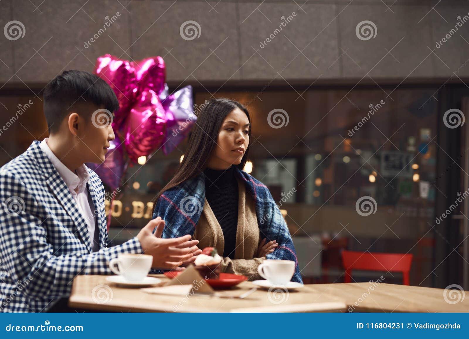 La coppia stride in caffetteria alla tavola