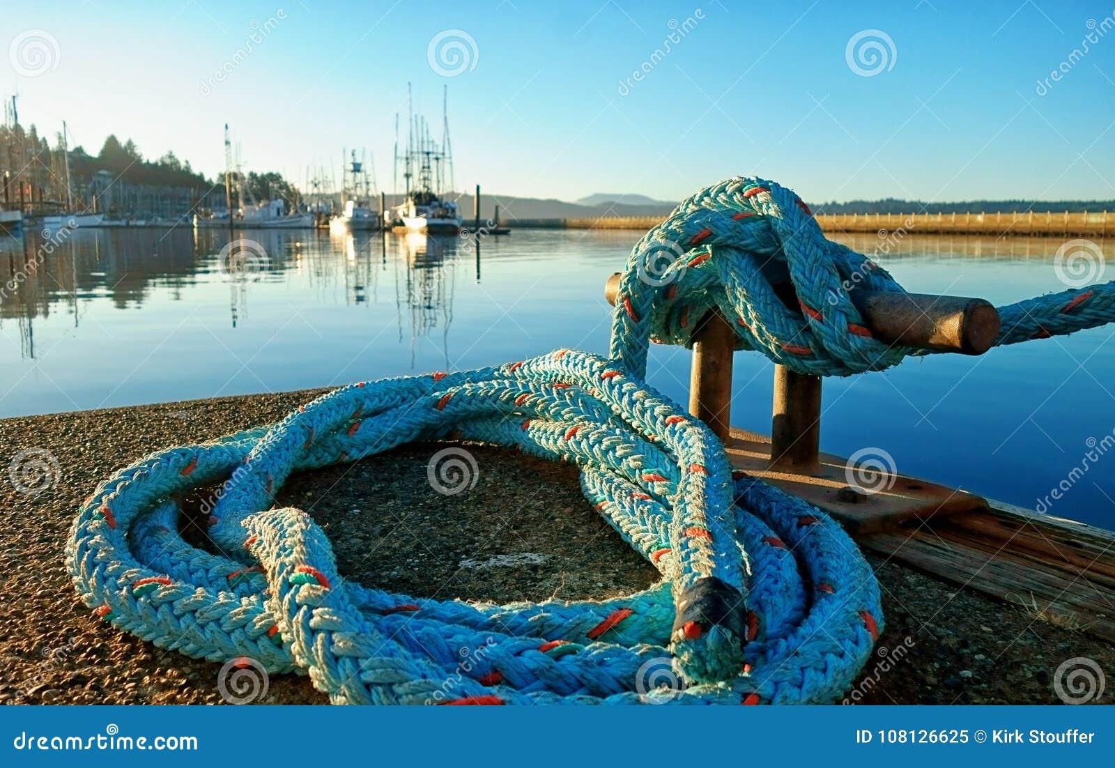 La corde en nylon bleue qui attache l arc d un bateau à un crampon a attaché à un dock