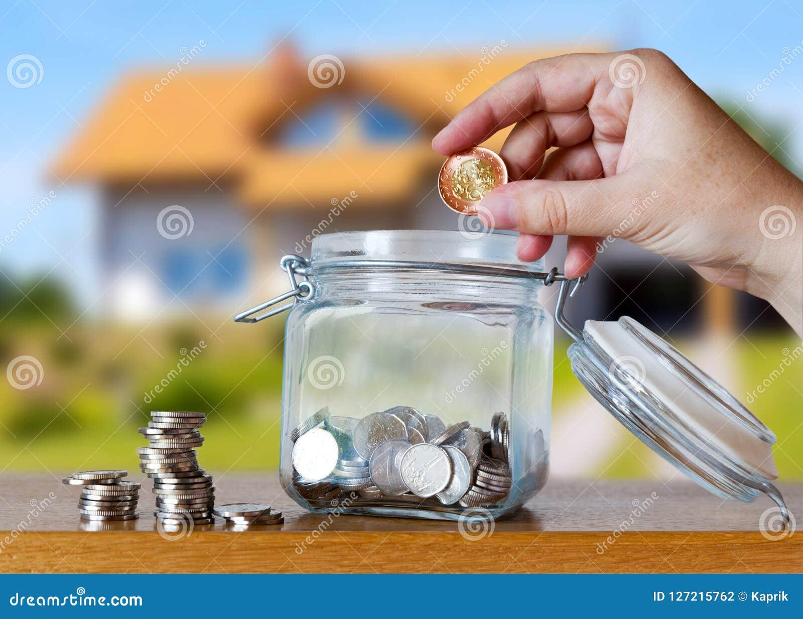 La corona checa acuña en un moneybox de cristal - ahorros para el plazo del coste o de la hipoteca de la casa