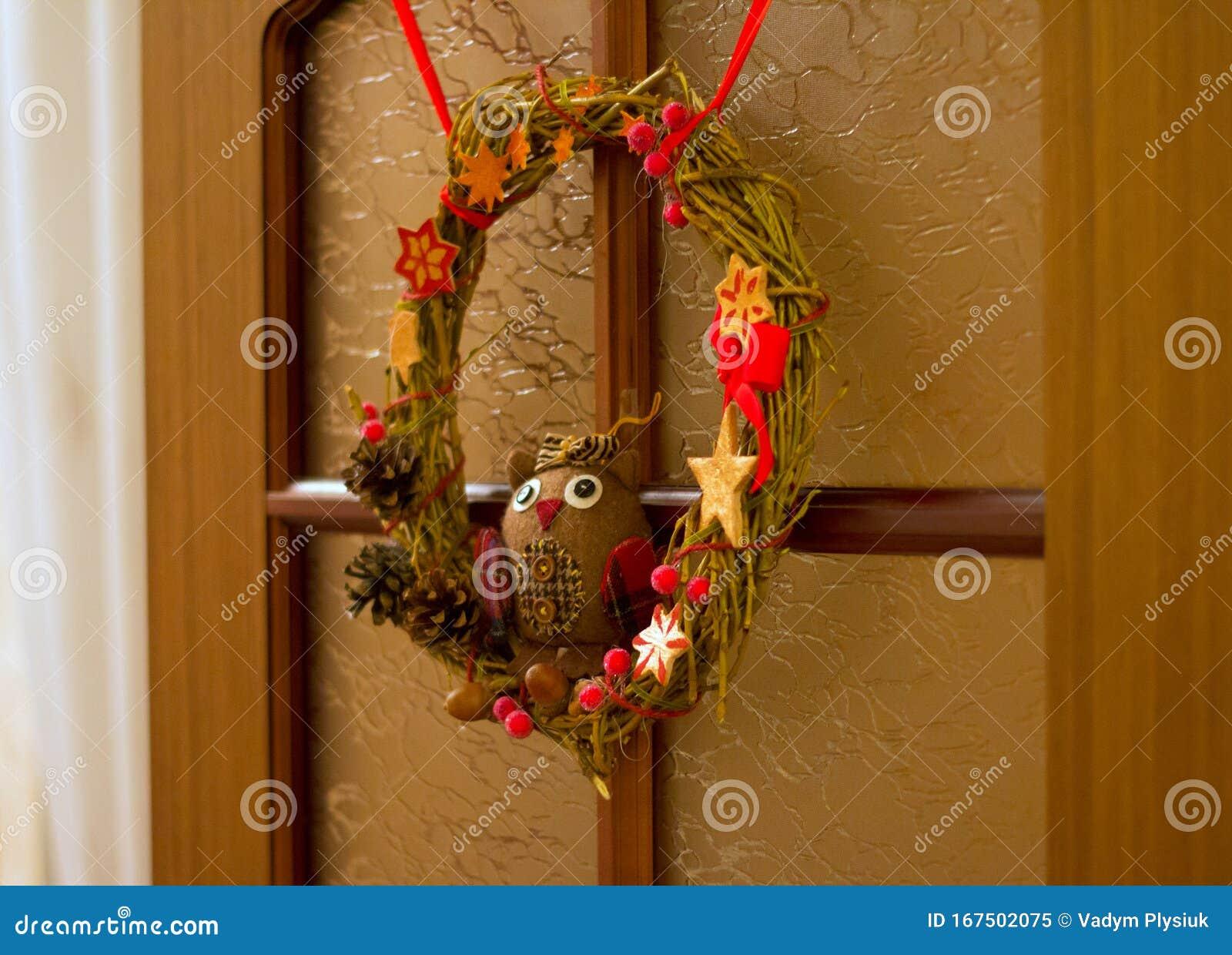 La Corona De Navidad Hecha A Mano Está Colgada En La Puerta De Madera Decoración Con Un Búho Rústico De Juguete Conos De árbol E Imagen De Archivo Imagen De Madera Decoración 167502075
