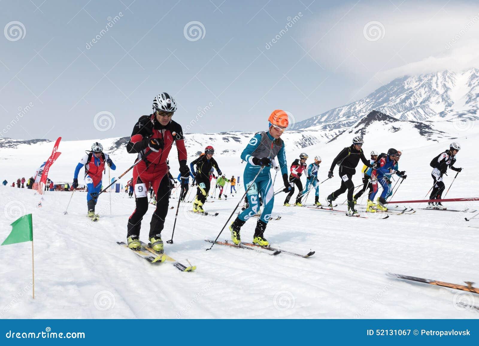 La corsa di massa di inizio, alpinisti dello sci scala sugli sci sulla montagna Alpinismo dello sci di Team Race Kamchatka, Russi