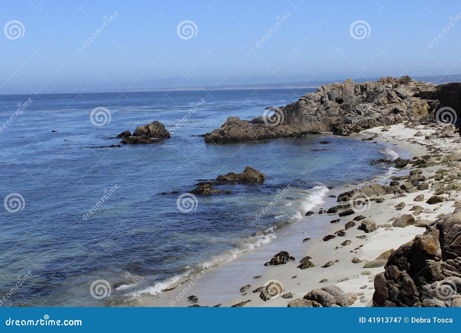 La costa costa de California oscila la arena